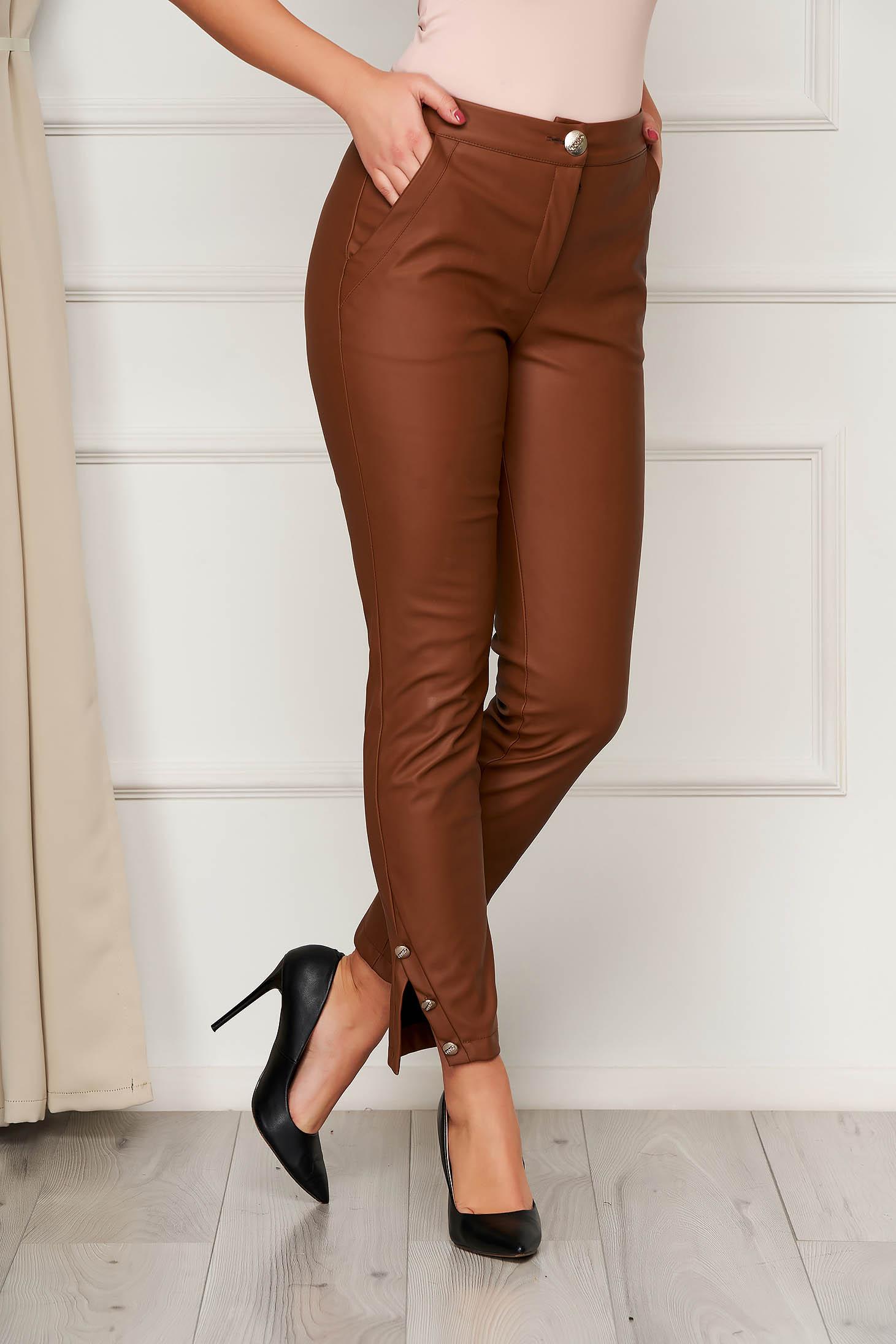 Pantaloni PrettyGirl maro cu talie medie cu un croi mulat accesorizati cu nasturi