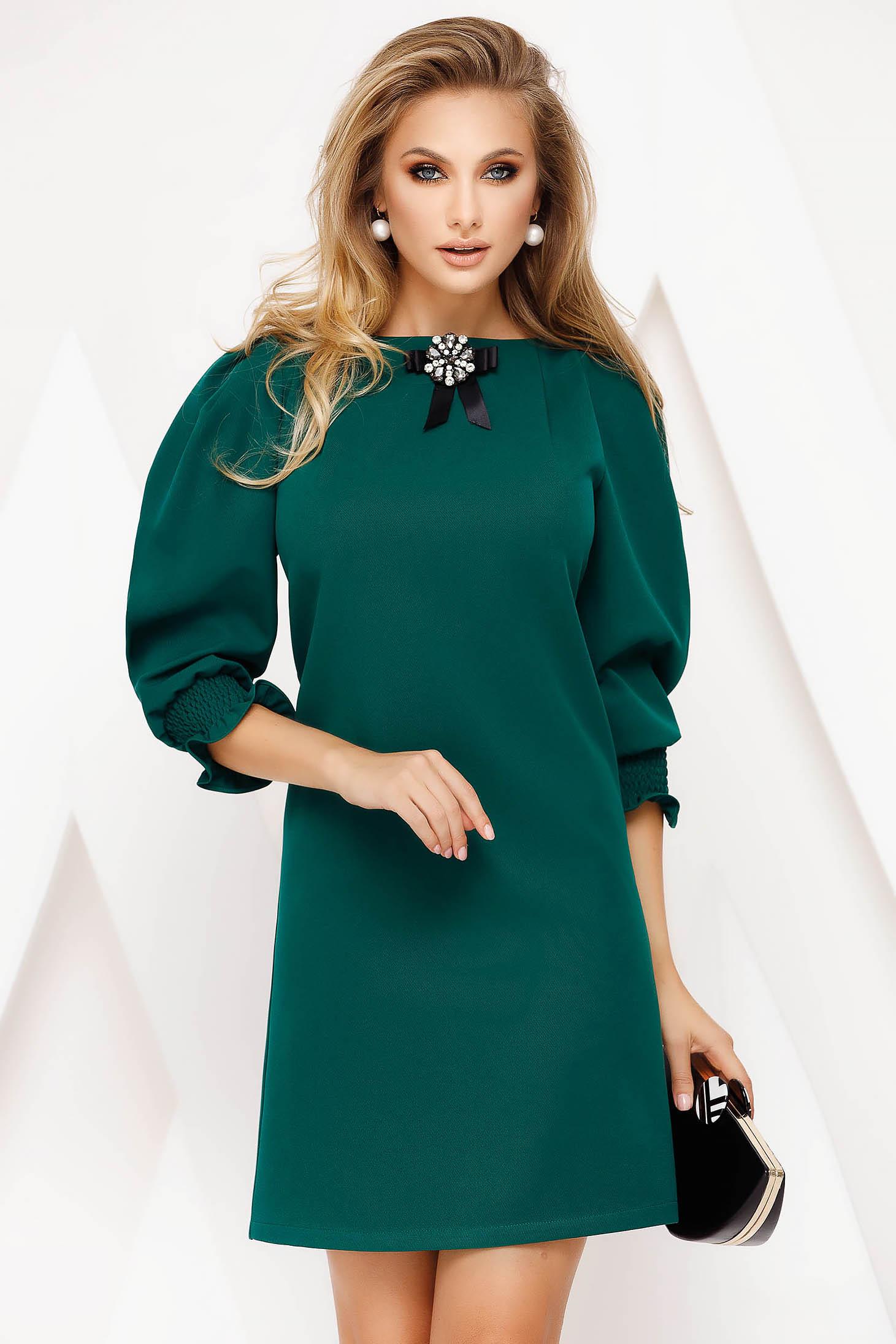 Rochie Fofy verde scurta eleganta cu un croi drept din material subtire accesorizata cu brosa