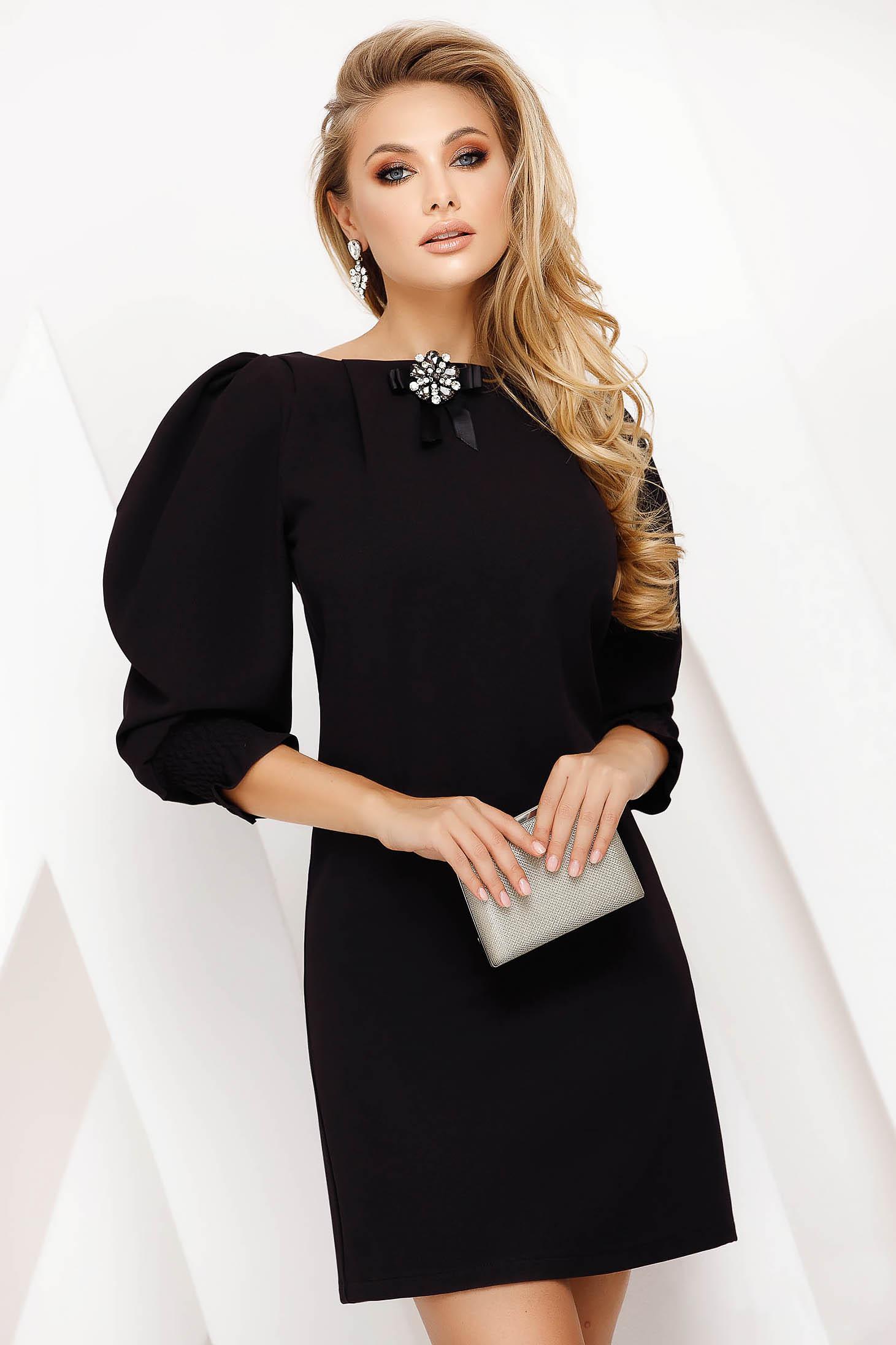 Rochie Fofy neagra scurta eleganta cu un croi drept din material subtire accesorizata cu brosa