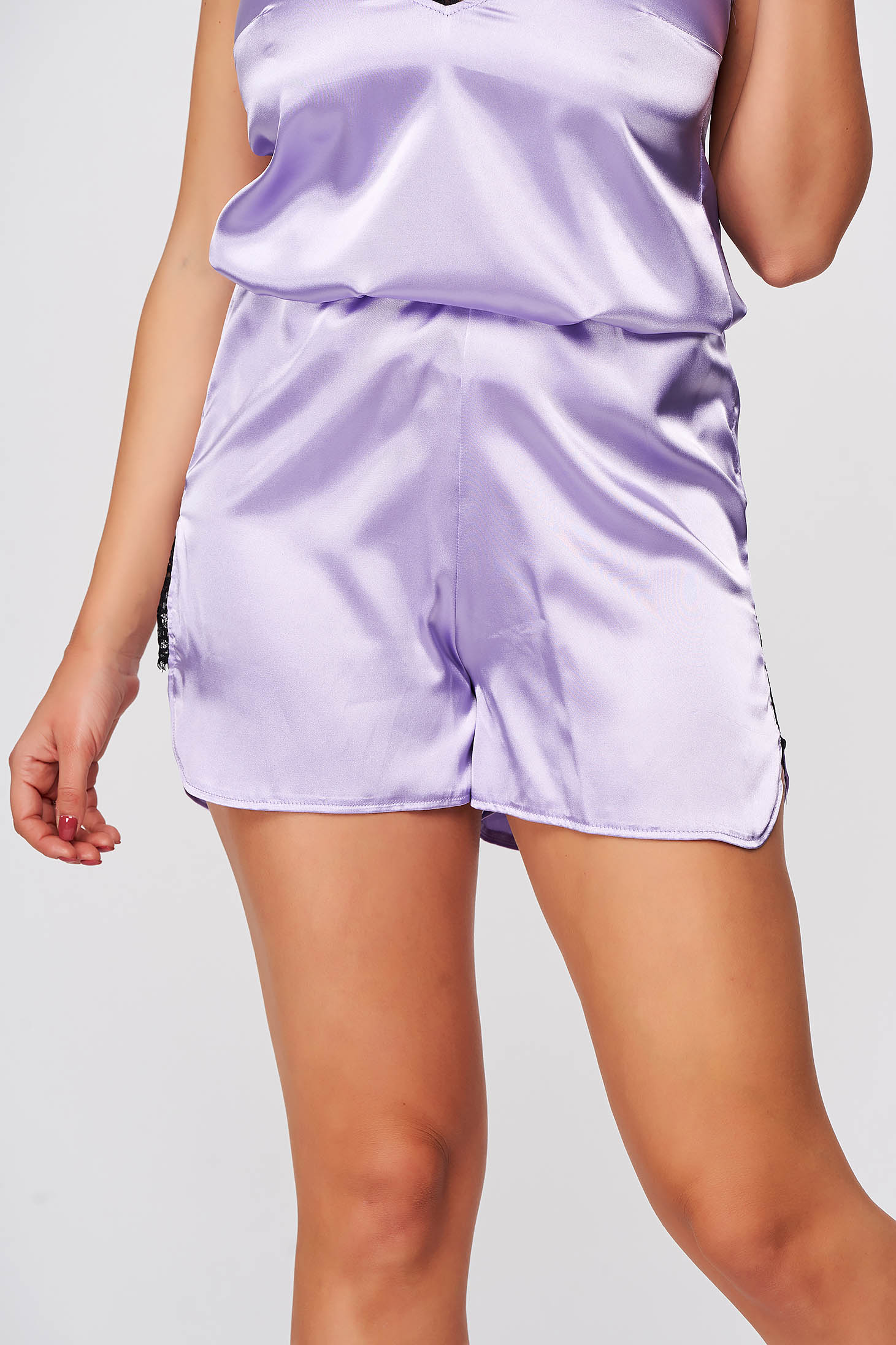 Pantalon scurt StarShinerS mov deschis din satin cu croi larg slit lateral cu aplicatii de dantela cu elastic in talie