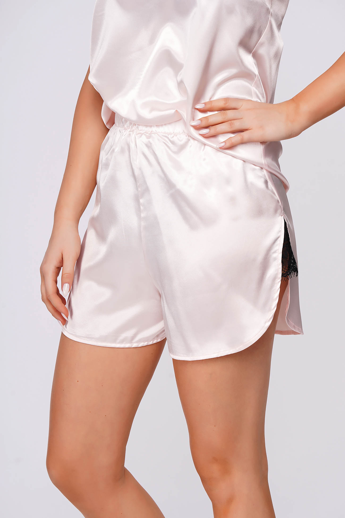 Pantalon scurt StarShinerS roz deschis din satin cu croi larg si slit lateral cu aplicatii de dantela si elastic in talie