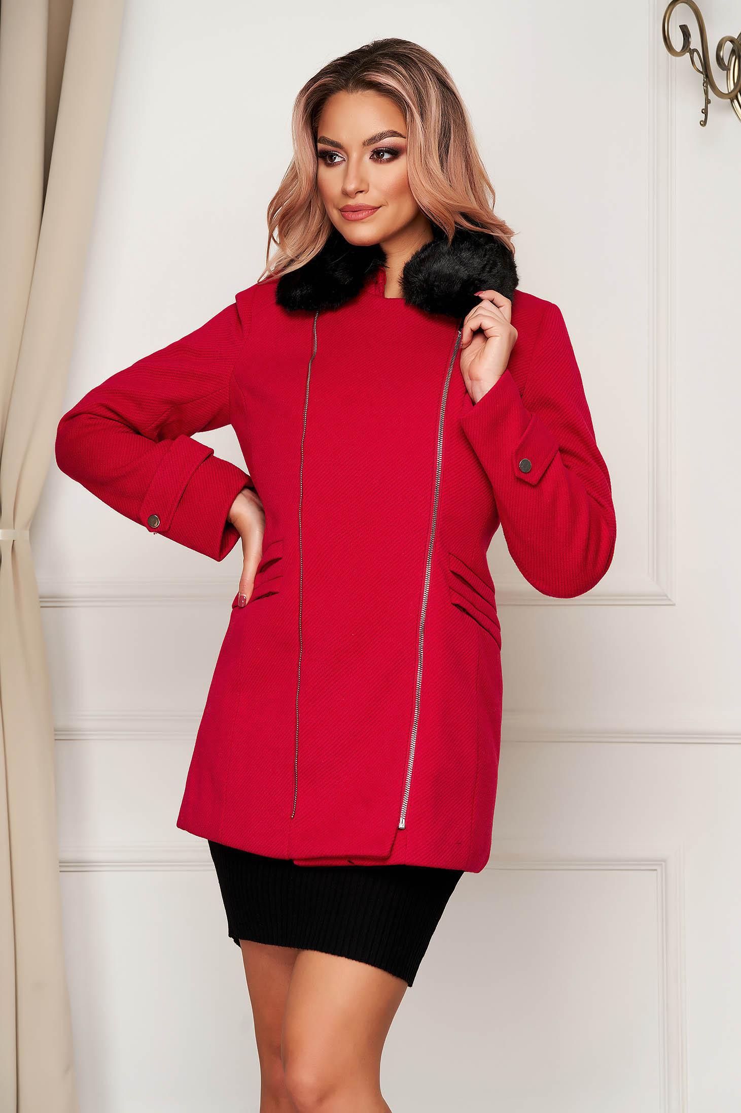 Palton SunShine rosu elegant scurt cu un croi drept din stofa accesorizat cu blana ecologica la guler