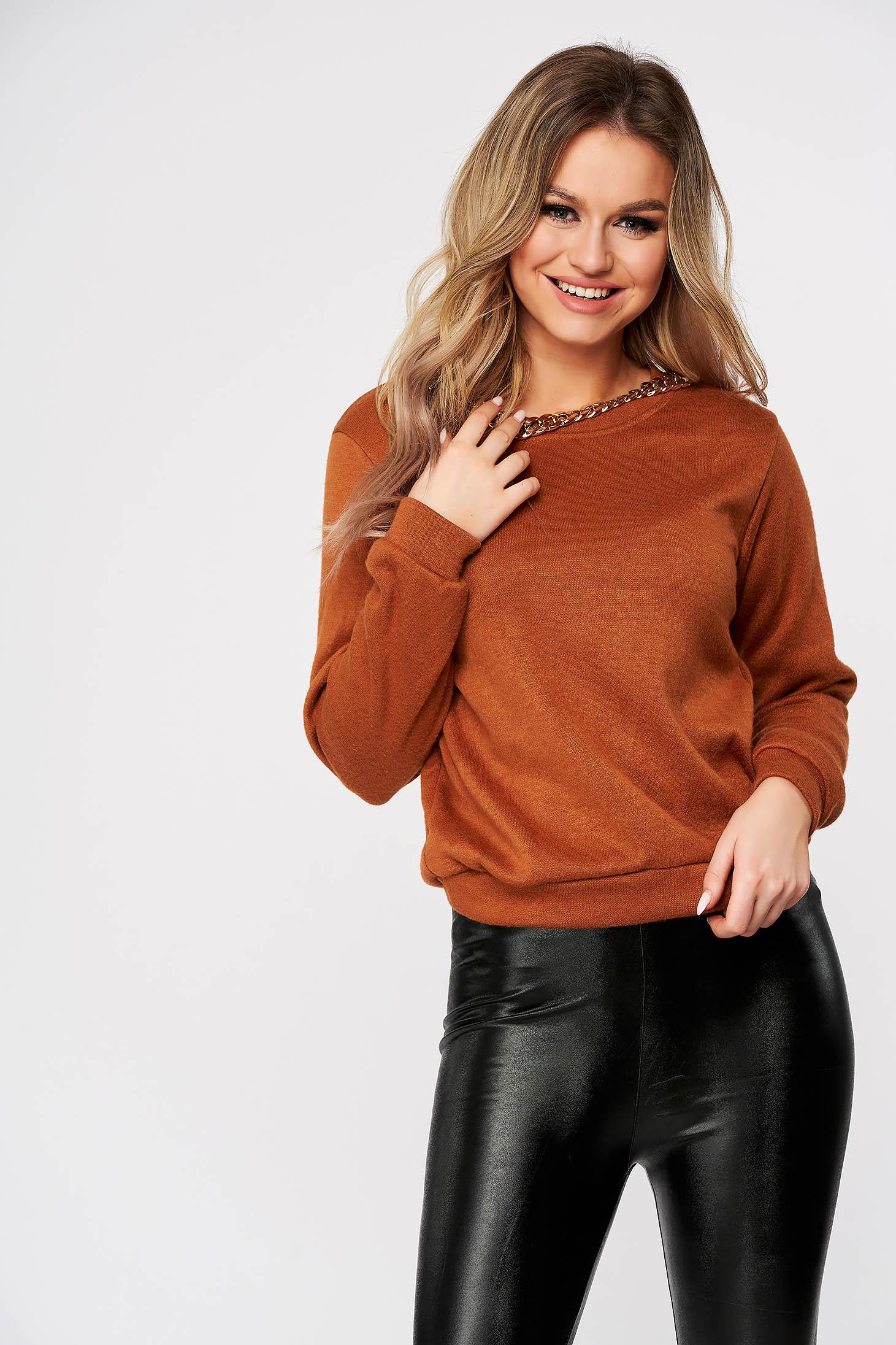 Barna dekoltált pulóver fém lánccal