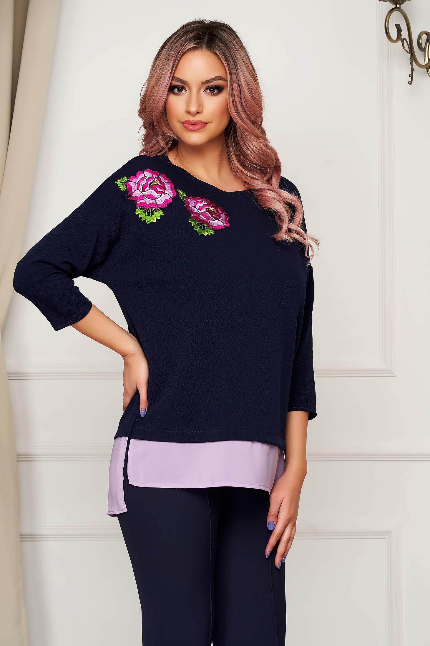 Bluza dama StarShinerS albastru-inchis cu croi larg slit lateral si broderie florala