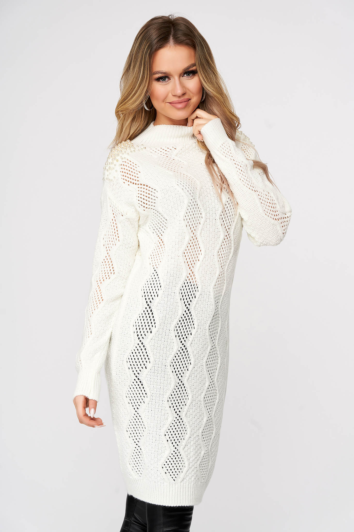 White knitted long sweater flared with pearls