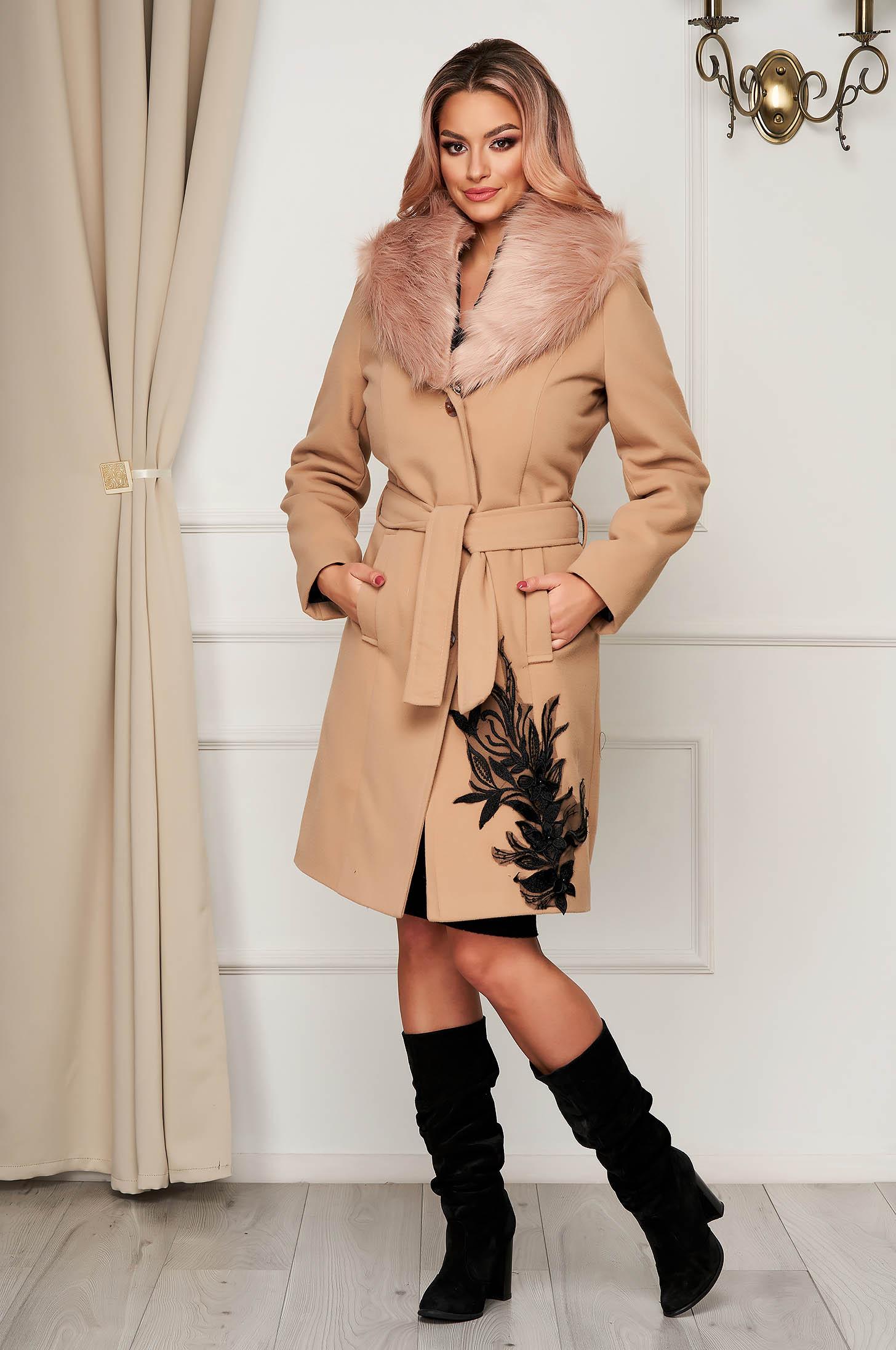Palton din lana SunShine crem elegant cu guler din blana artificiala si insertii de broderie