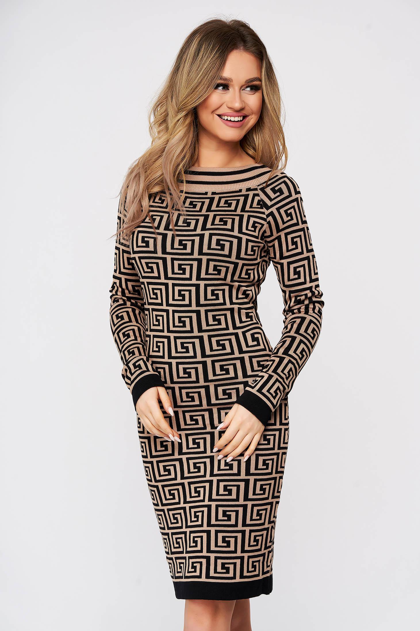 Rochie SunShine maro tricotata din material reiat elastic si fin cu imprimeu grafic si cu un croi mulat
