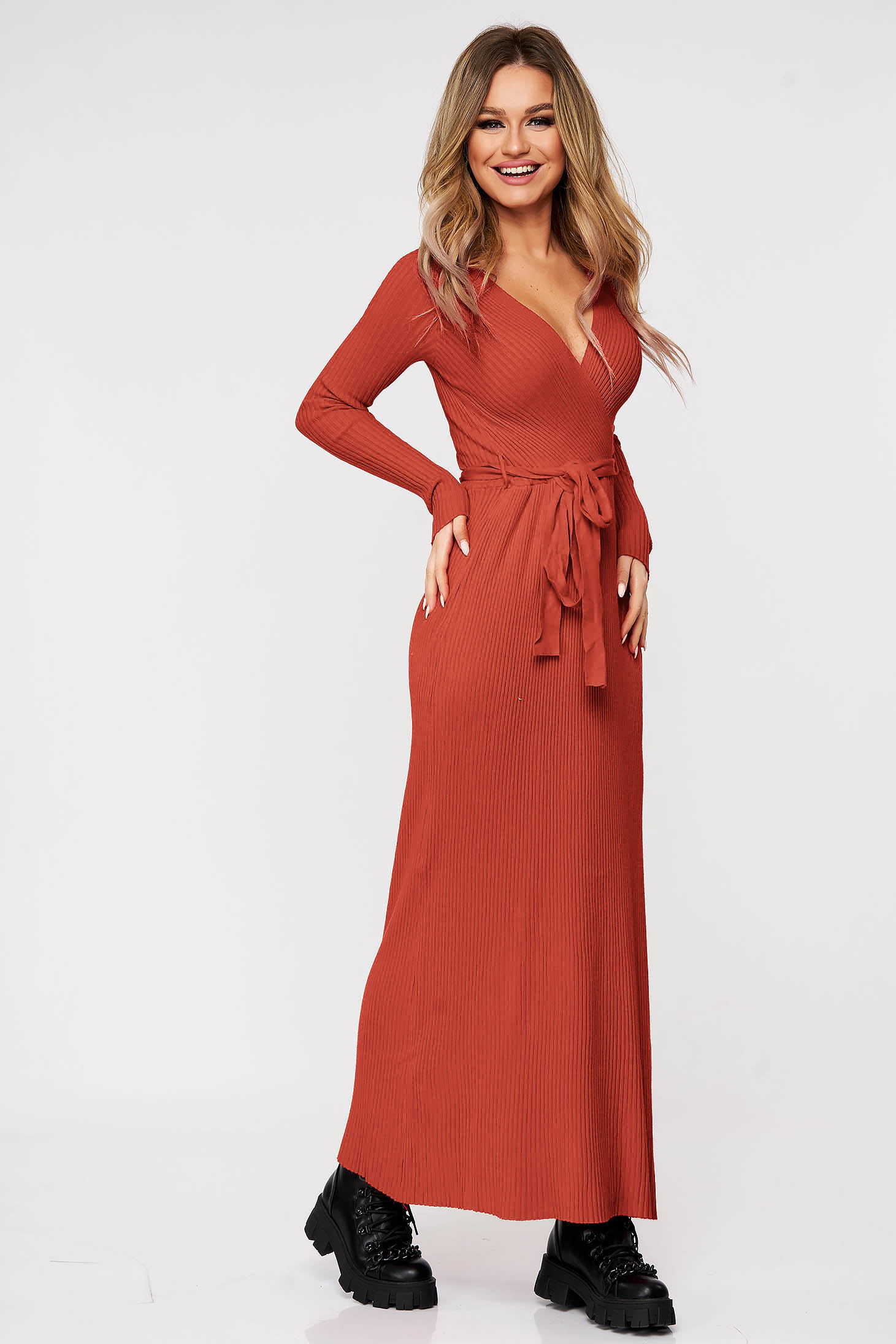 Coral dress knitted accessorized with tied waistband from striped fabric from elastic and fine fabric casual