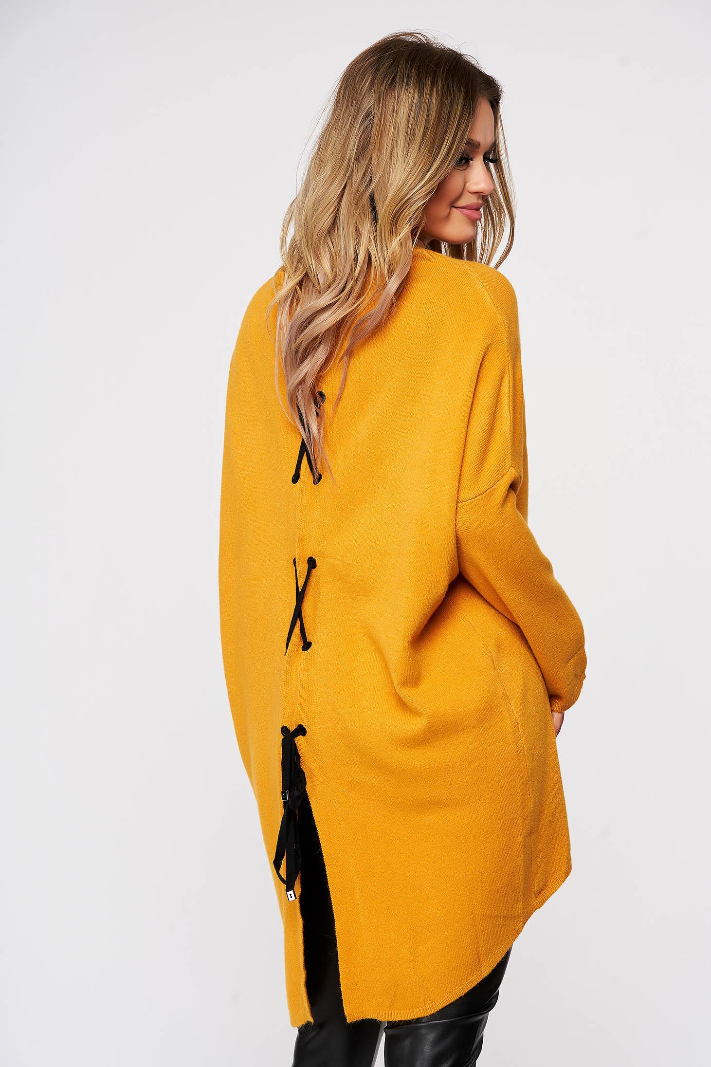 Mustársárga rugalmas és finom anyagból készült bő szabású hátul felsliccelt kötött női blúz zsinórral
