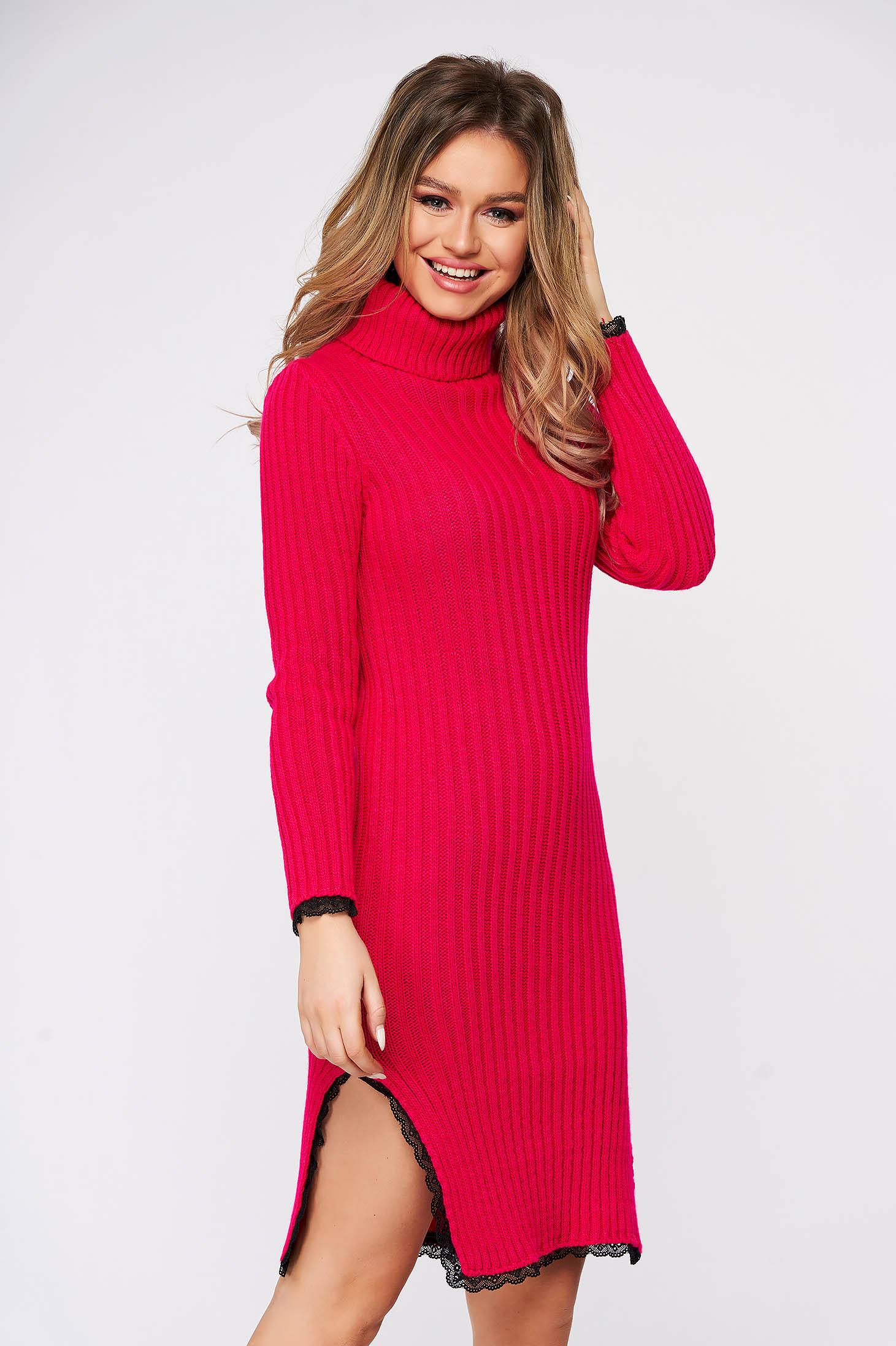 Rochie roz din material tricotat cu cusaturi in material cu aplicatii de dantela si cu slit lateral