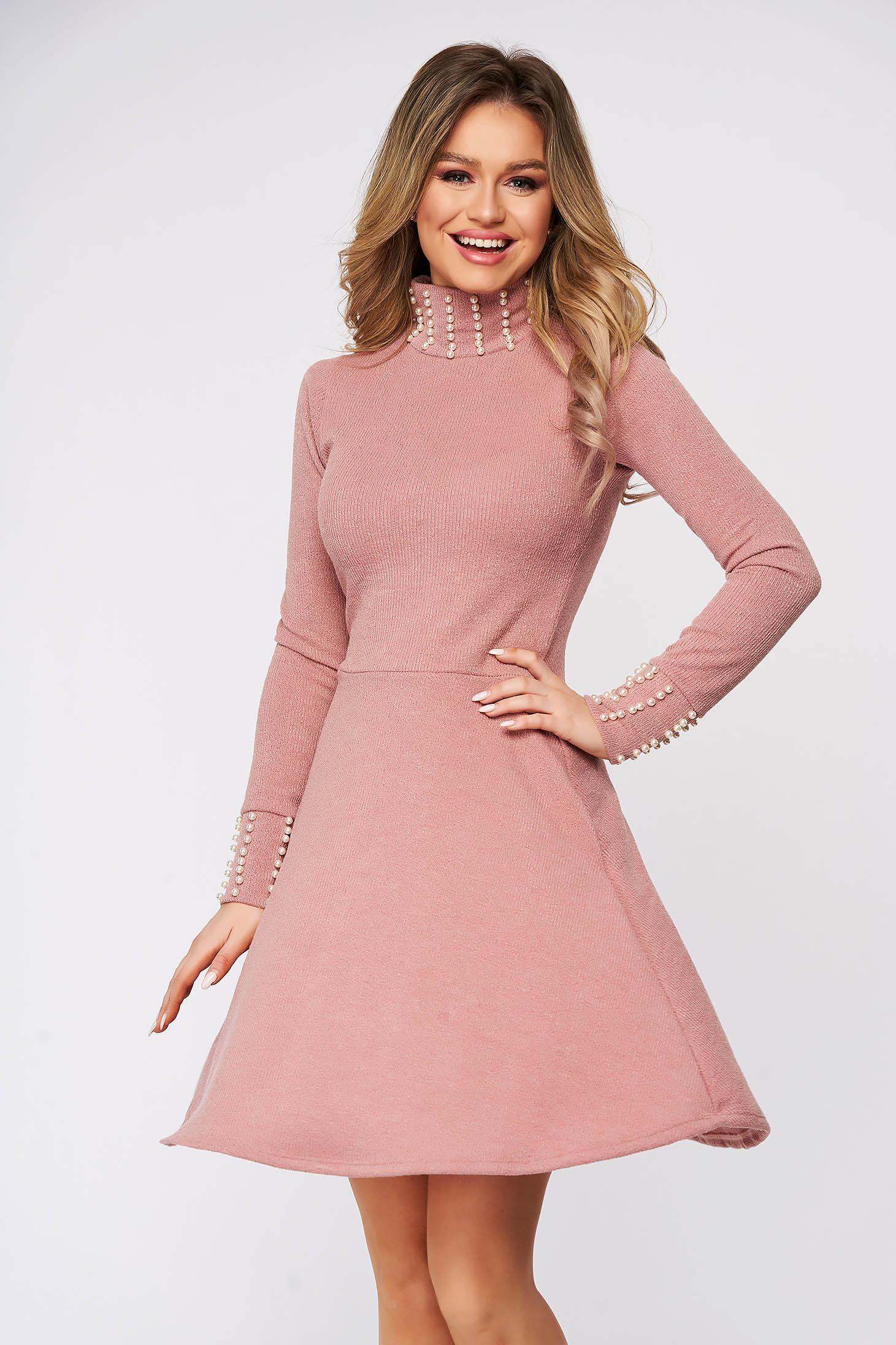 Rochie SunShine roz prafuit casual din material reiat tricotata cu aplicatii cu perle in clos