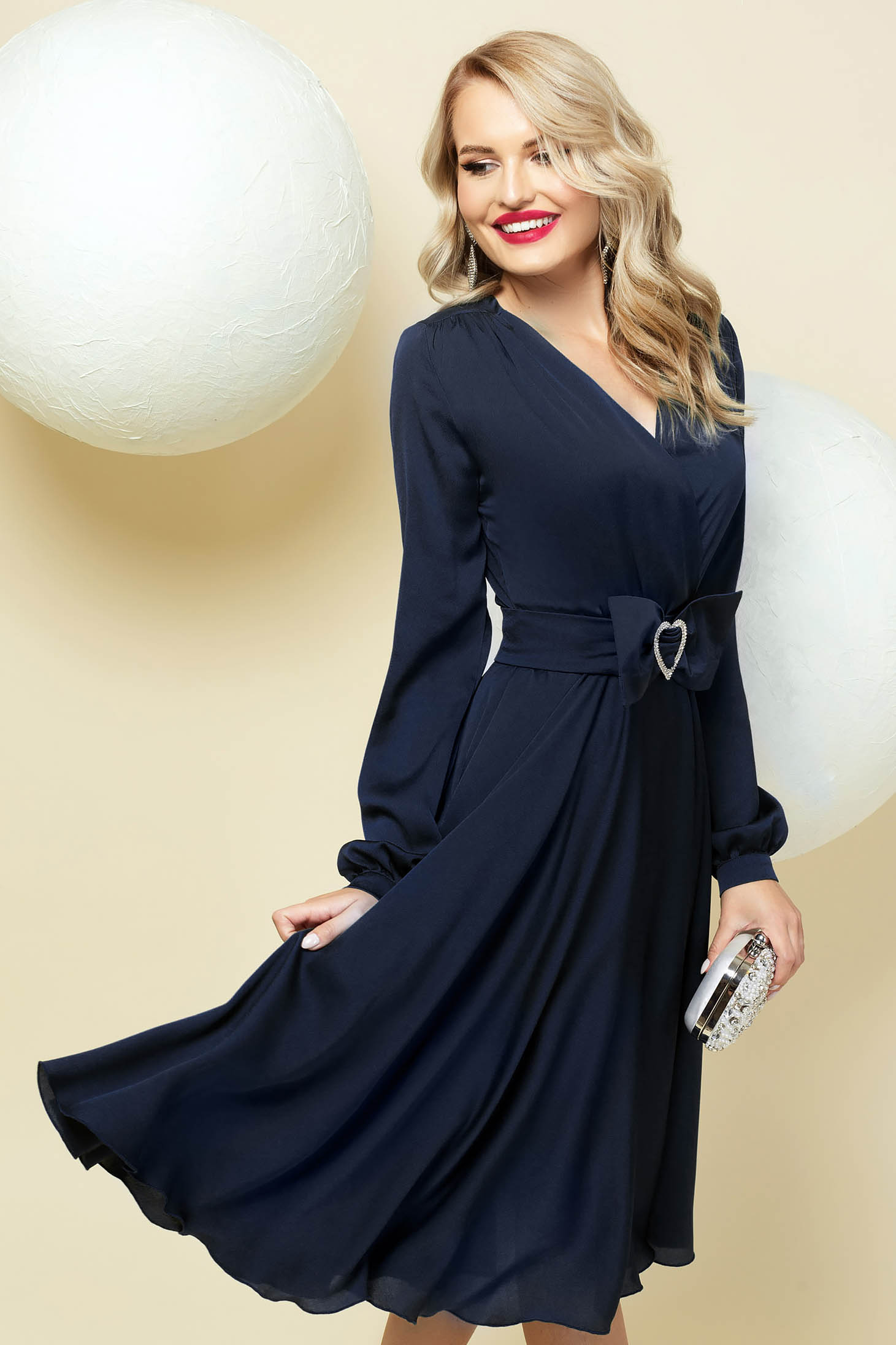 Cloche darkblue dress wrap over front with v-neckline accessorized with belt