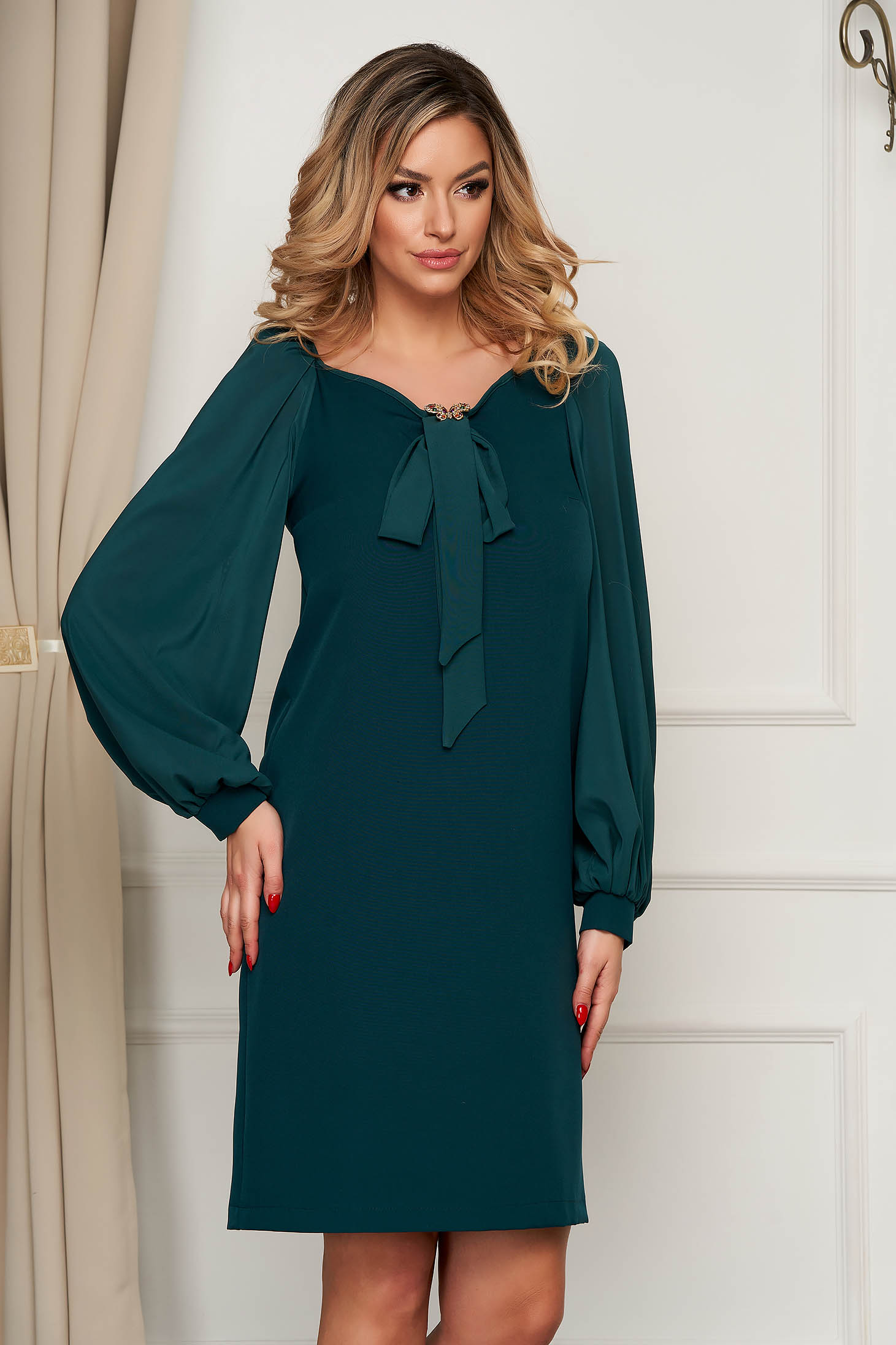 Dress StarShinerS green occasional with veil sleeves accessorized with breastpin with bow flared