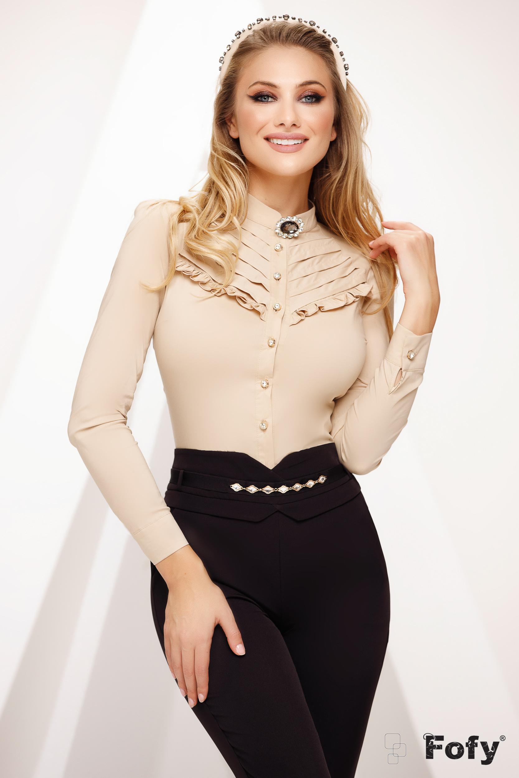 Krémszínű irodai szűk szabású női ing enyhén áttetsző anyag csipke díszítéssel