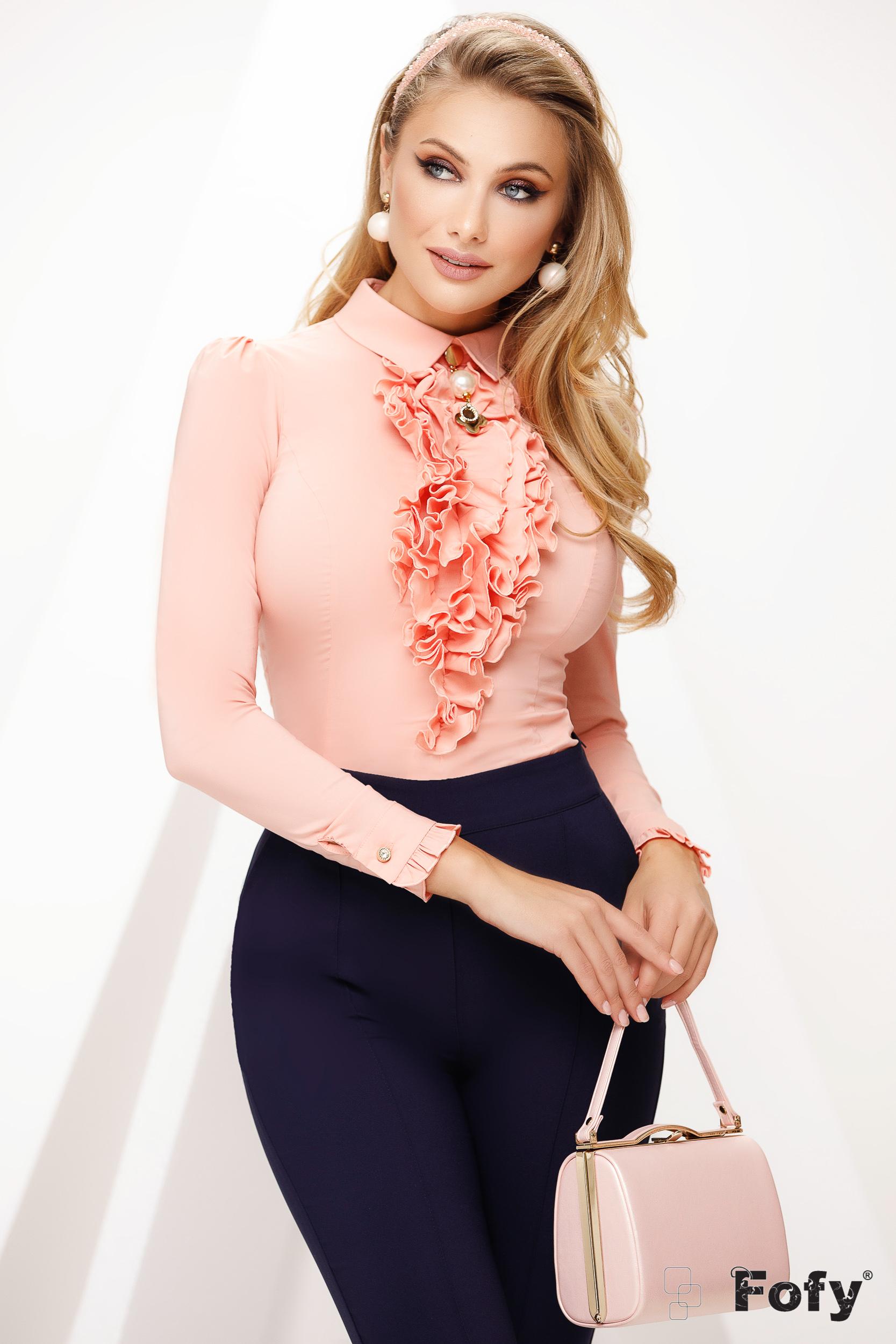 Camasa dama Fofy piersica office cu guler accesorizata cu brosa si cu volanase