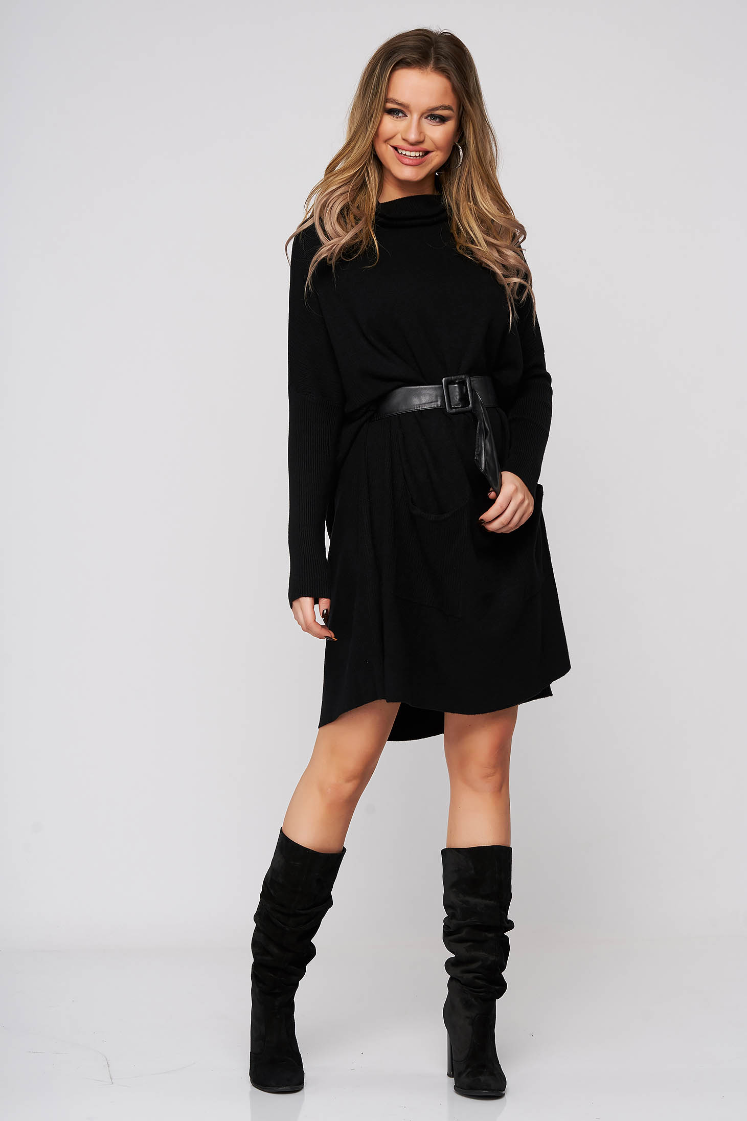 Black dress flared with pockets accessorized with belt from elastic fabric
