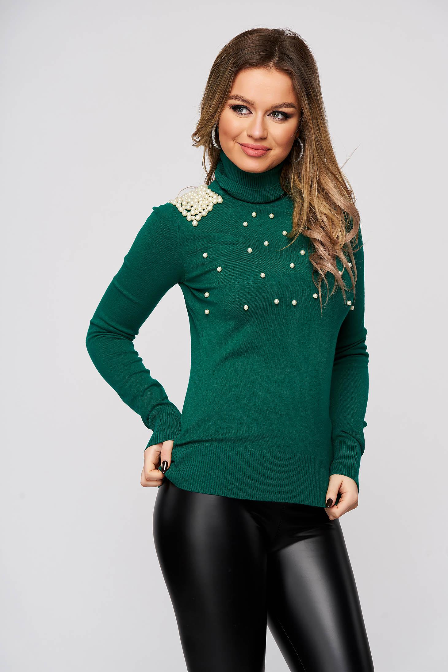 Pulover verde din material elastic si fin reiat mulat pe gat cu aplicatii cu perle