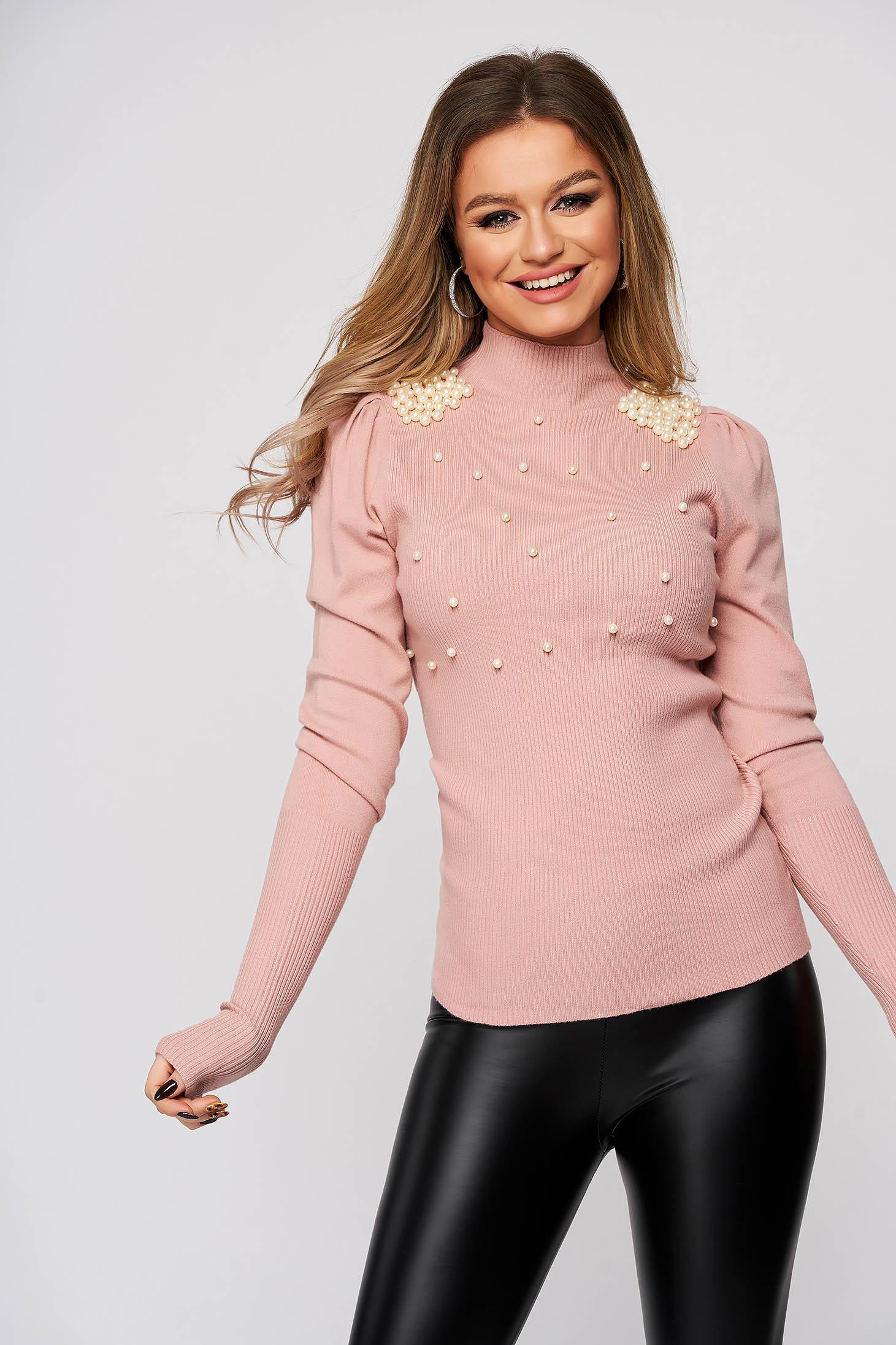 Púder rózsaszínű rugalmas és finom anyagból készült magas nyakú csíkozott anyag szűk szabású pulóver gyöngy díszítéssel