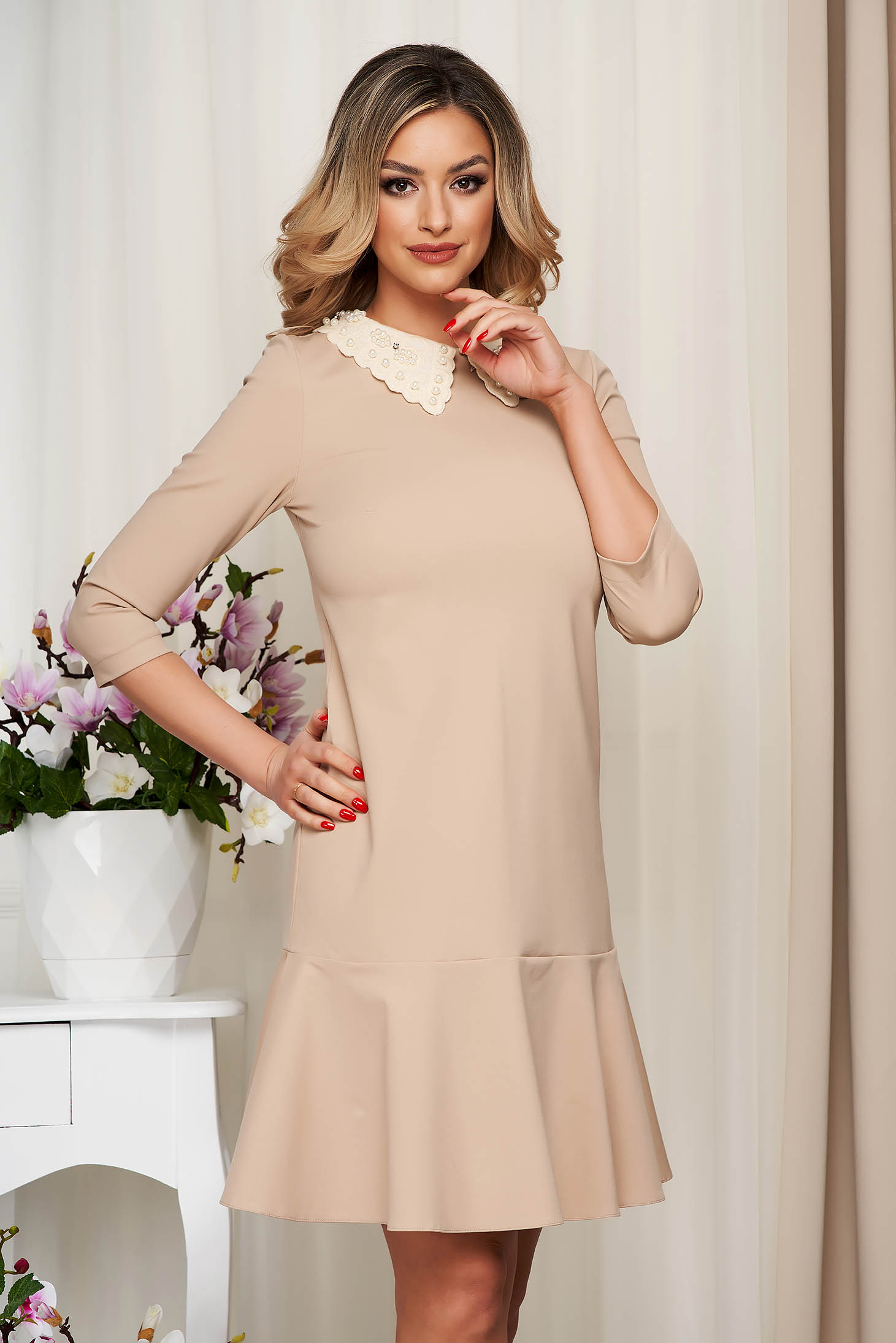 Dress StarShinerS cream stretch occasional with ruffles at the buttom of the dress with collar with pearls