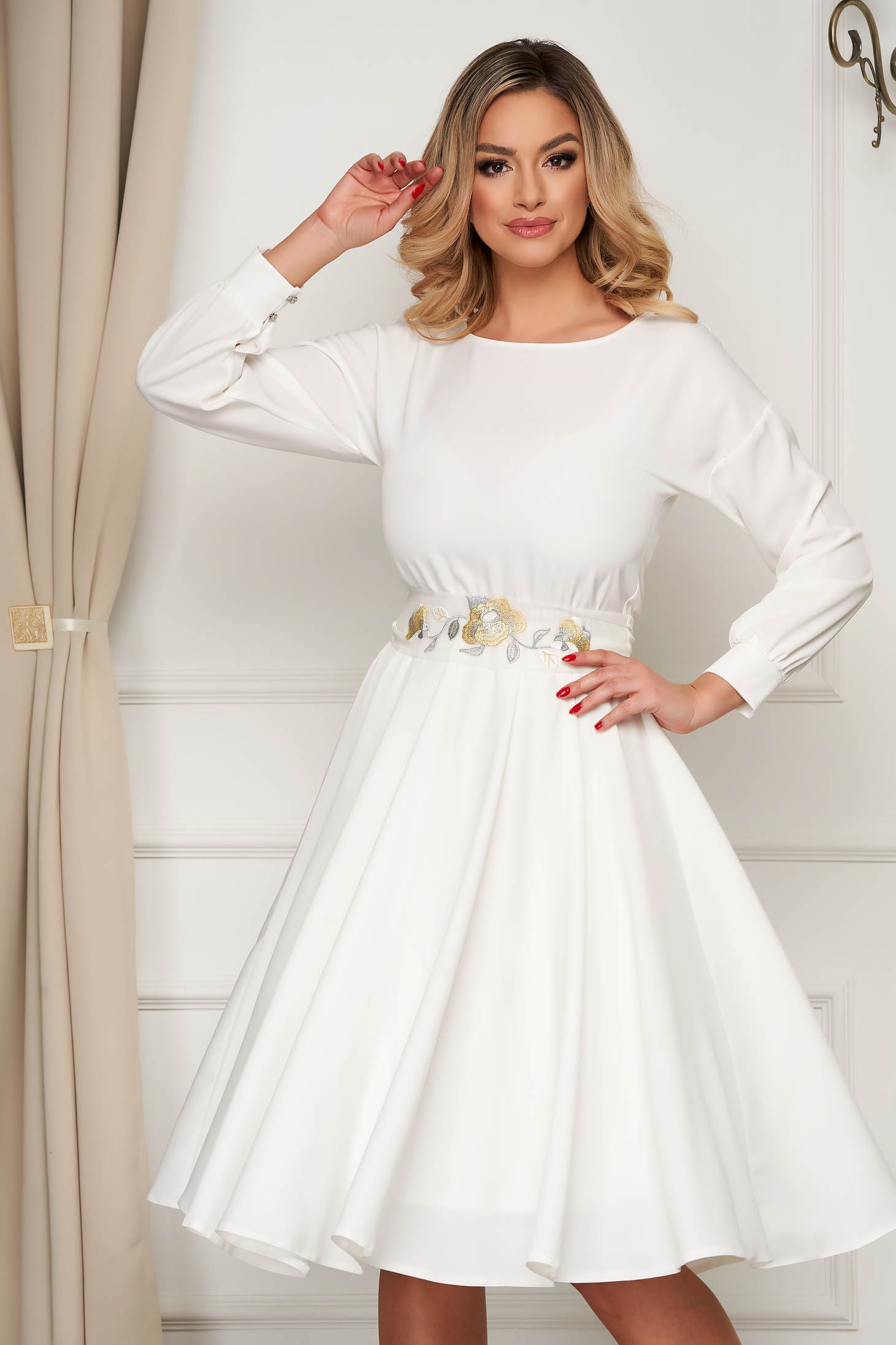 Fehér StarShinerS alkalmi vékony anyagú midi harang ruha övvel ellátva
