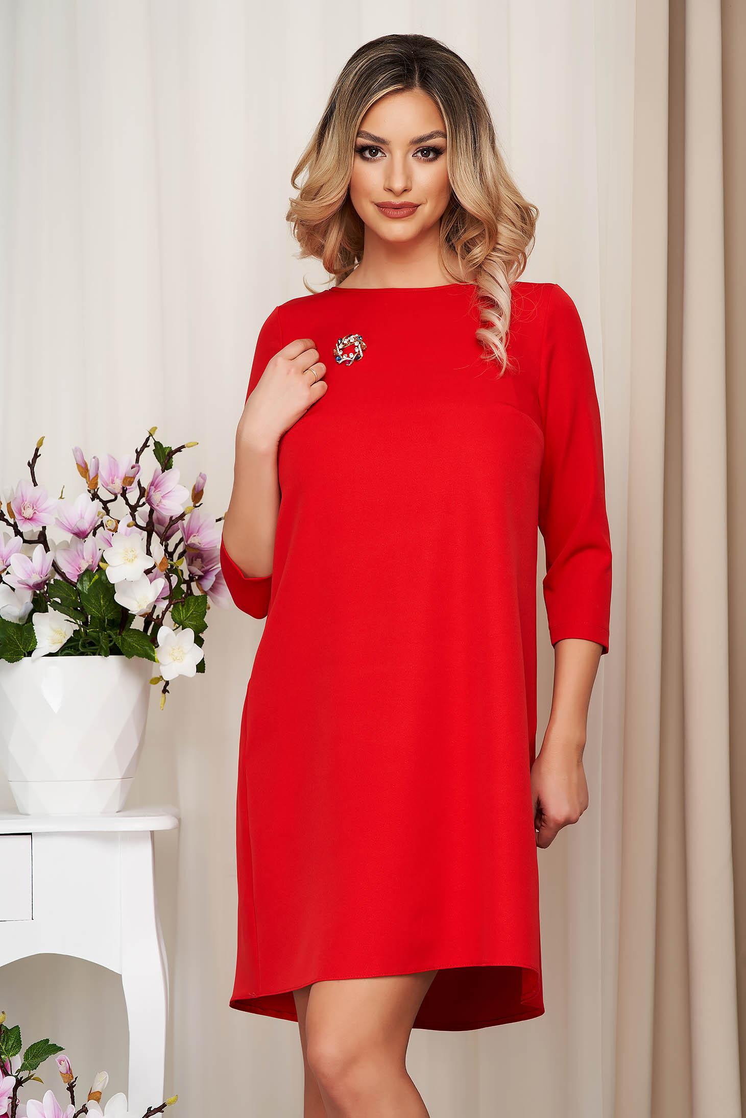 Piros bő szabású StarShinerS ruha szövetből bross kiegészítővel