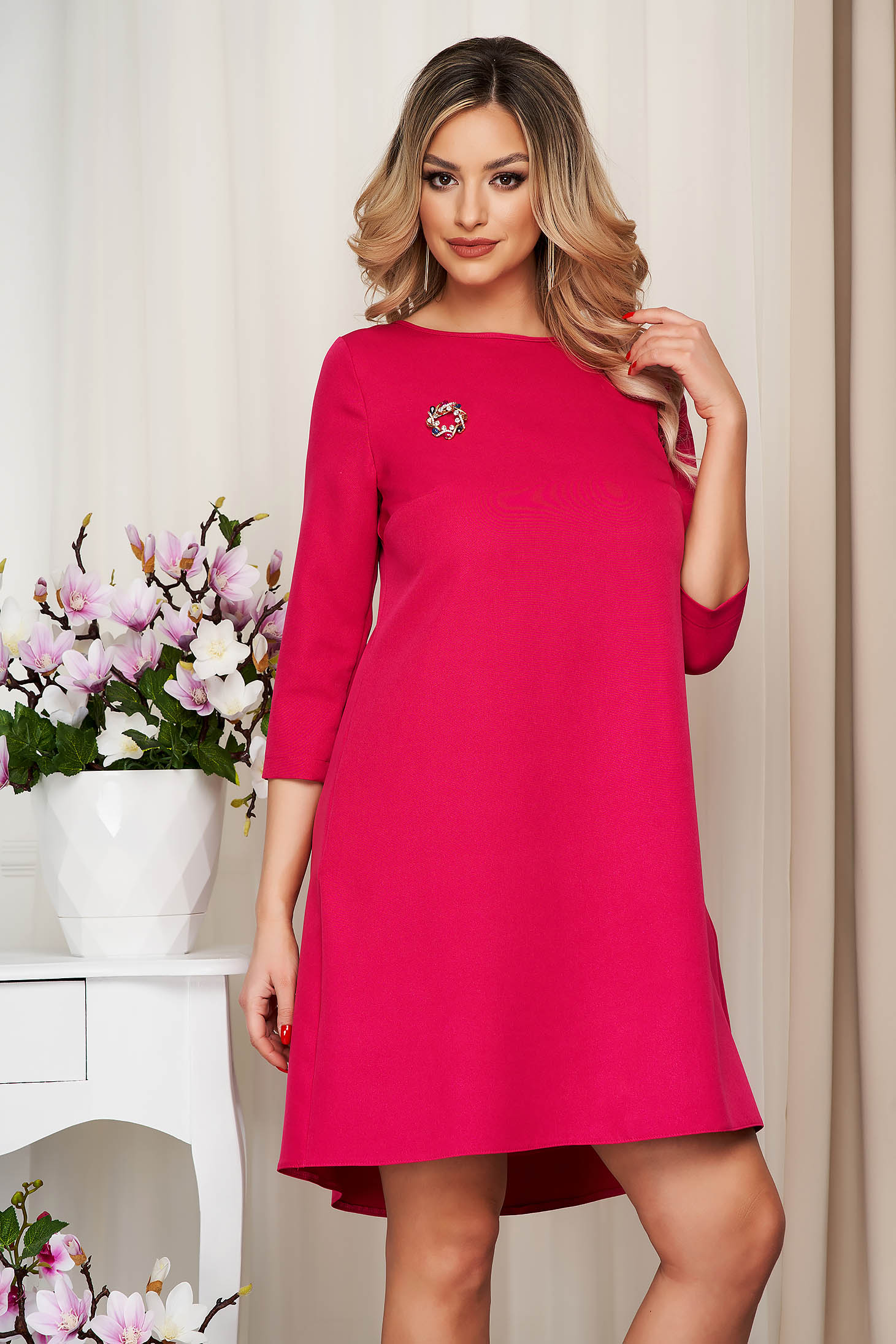 Dress StarShinerS fuchsia cloth loose fit accessorized with breastpin