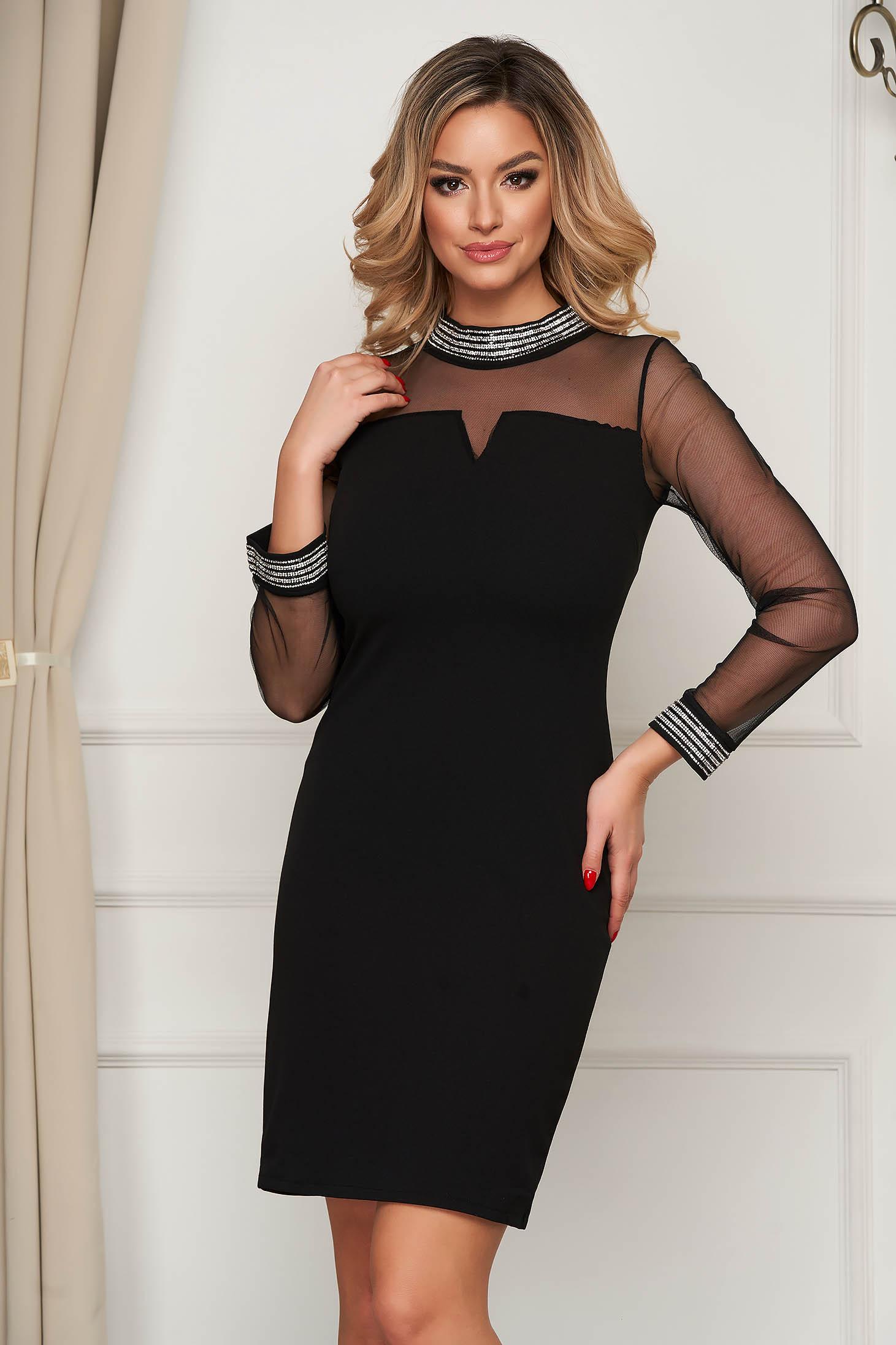 Fekete rövid alkalmi egyenes ruha vékony anyagú szövetből strassz köves díszítéssel