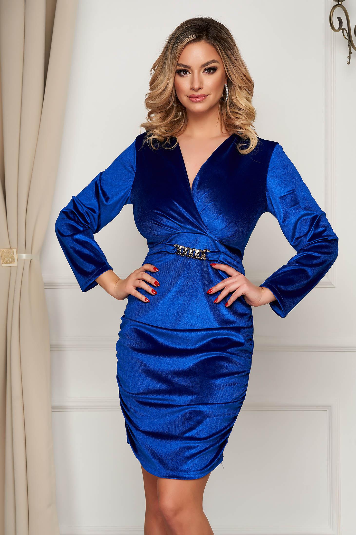 Rochie SunShine albastra din catifea de ocazie cu decolteu petrecut accesorizata cu lant metalic