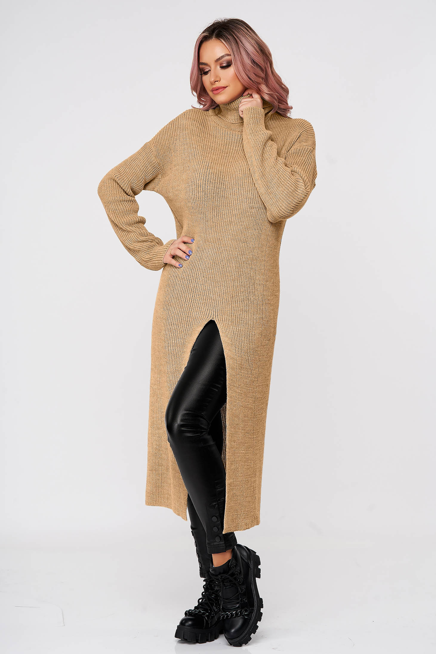 Cappuccino sweater with turtle neck with easy cut casual knitted fabric