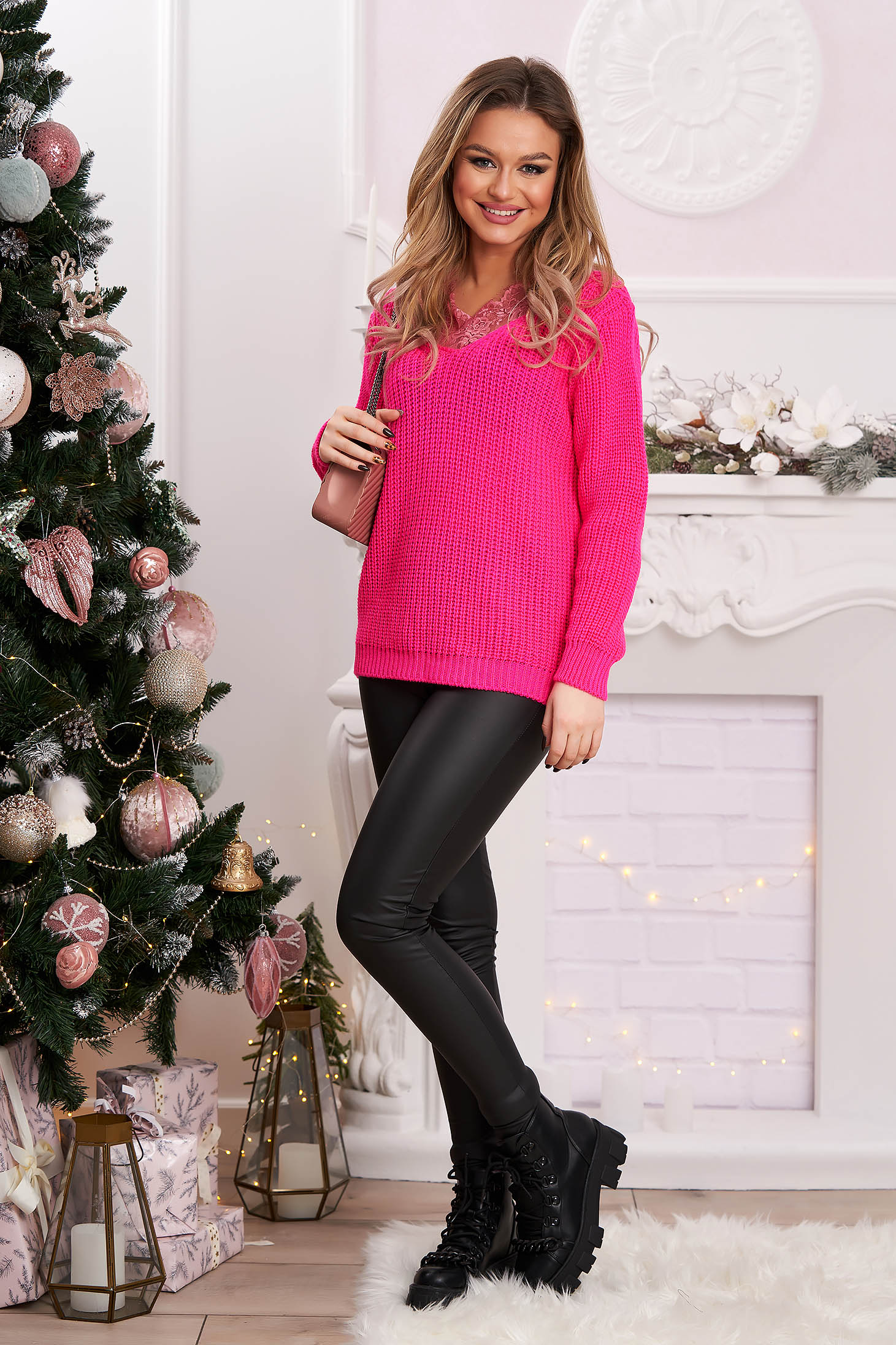Pulover roz tricotat cu croi larg si aplicatii de dantela