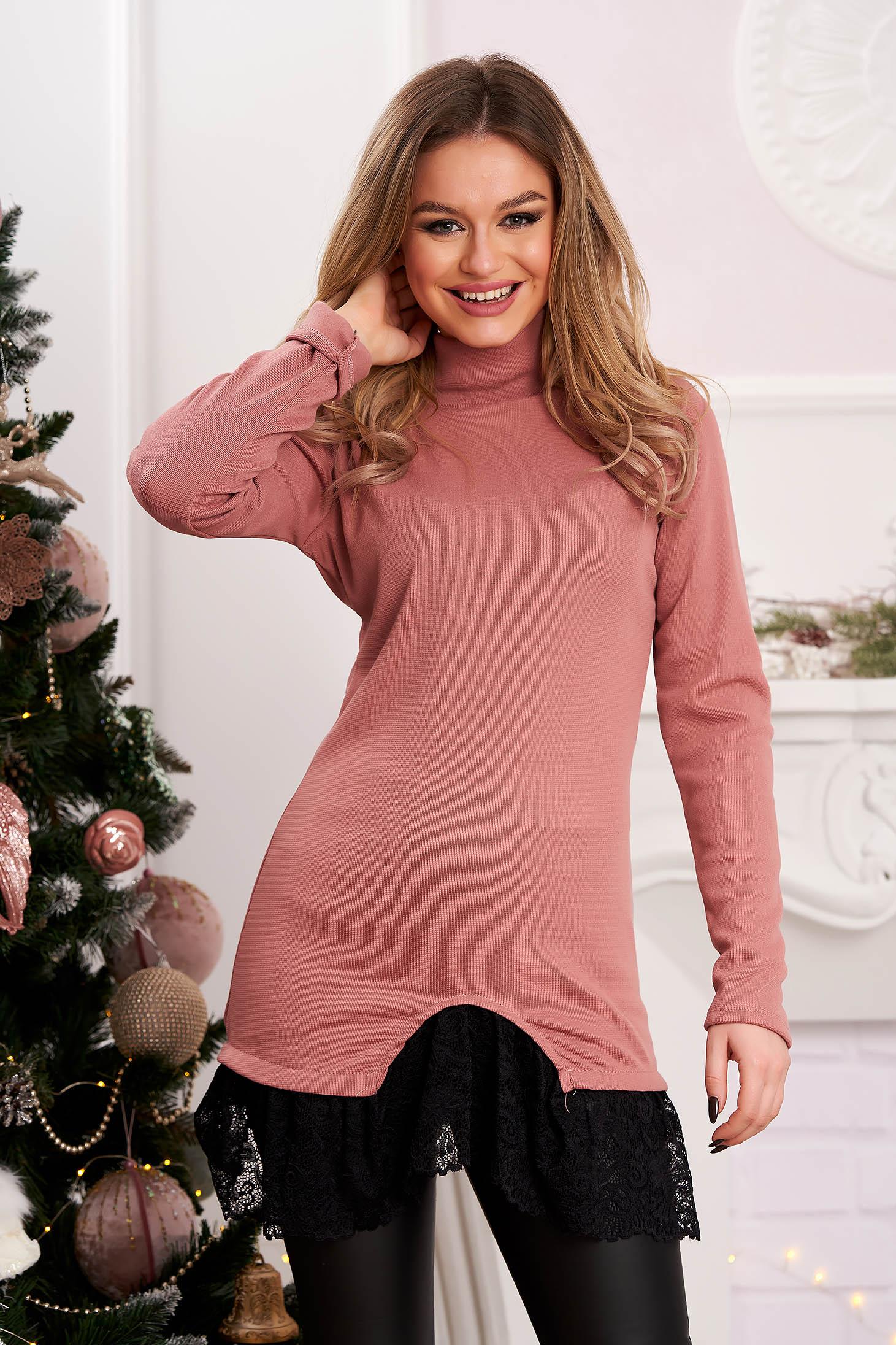 Hosszú kötött magasnyakú pink női blúz csipke díszítéssel
