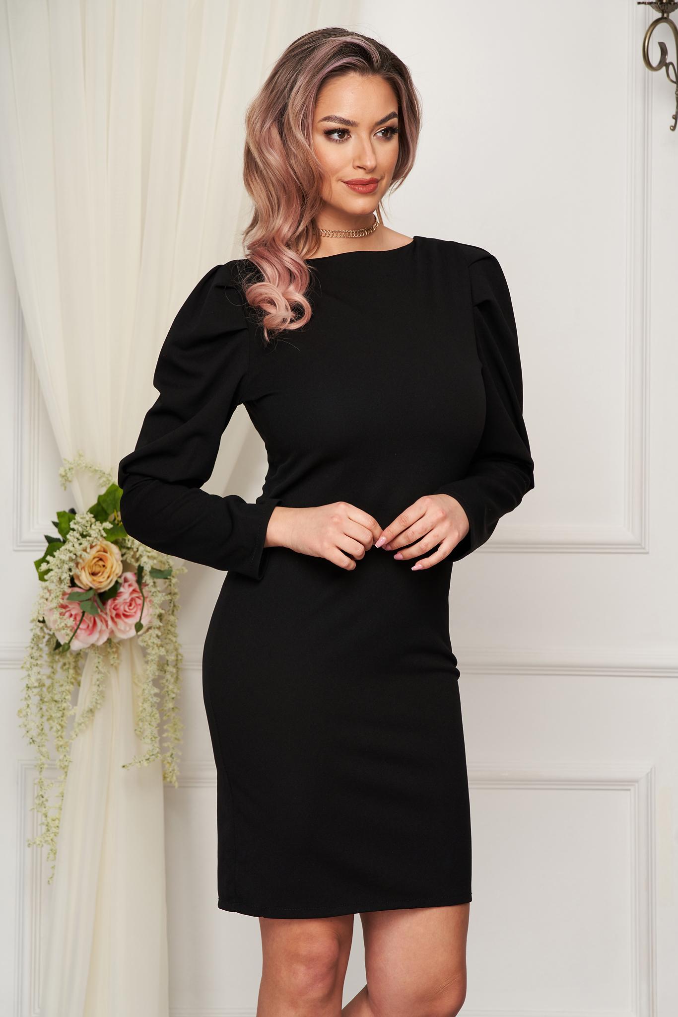 Rochie neagra scurta din material usor elastic cu croi larg si umeri cu volum