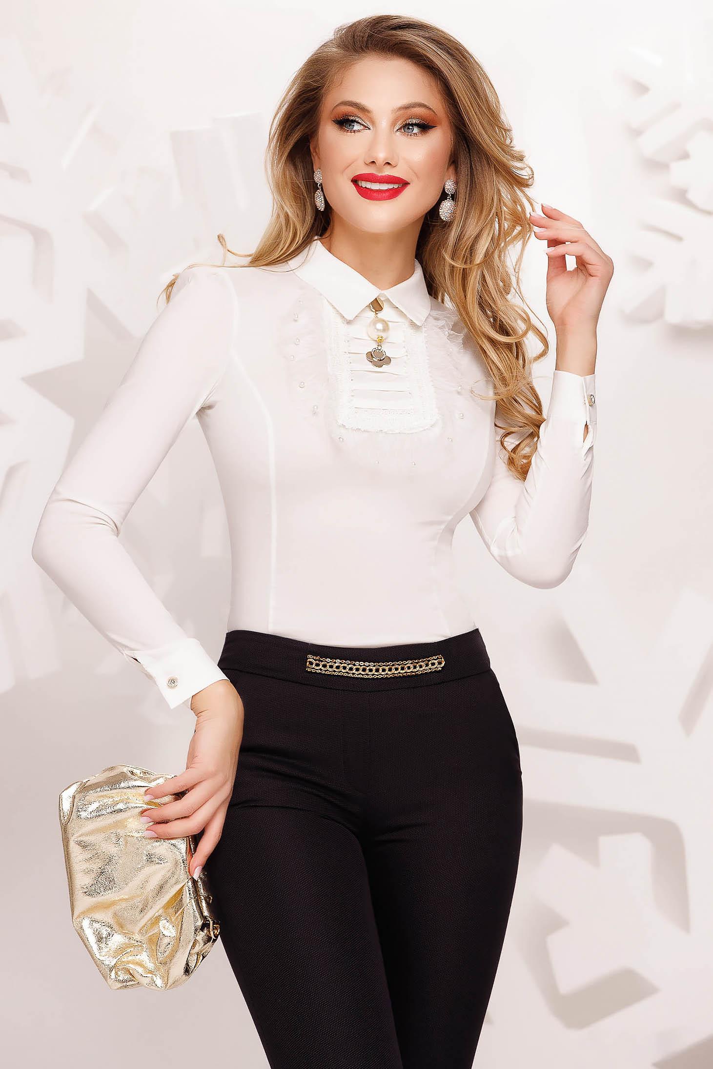 Fehér elegáns szűk szabású női ing vékony szövetből fémes kiegészítővel