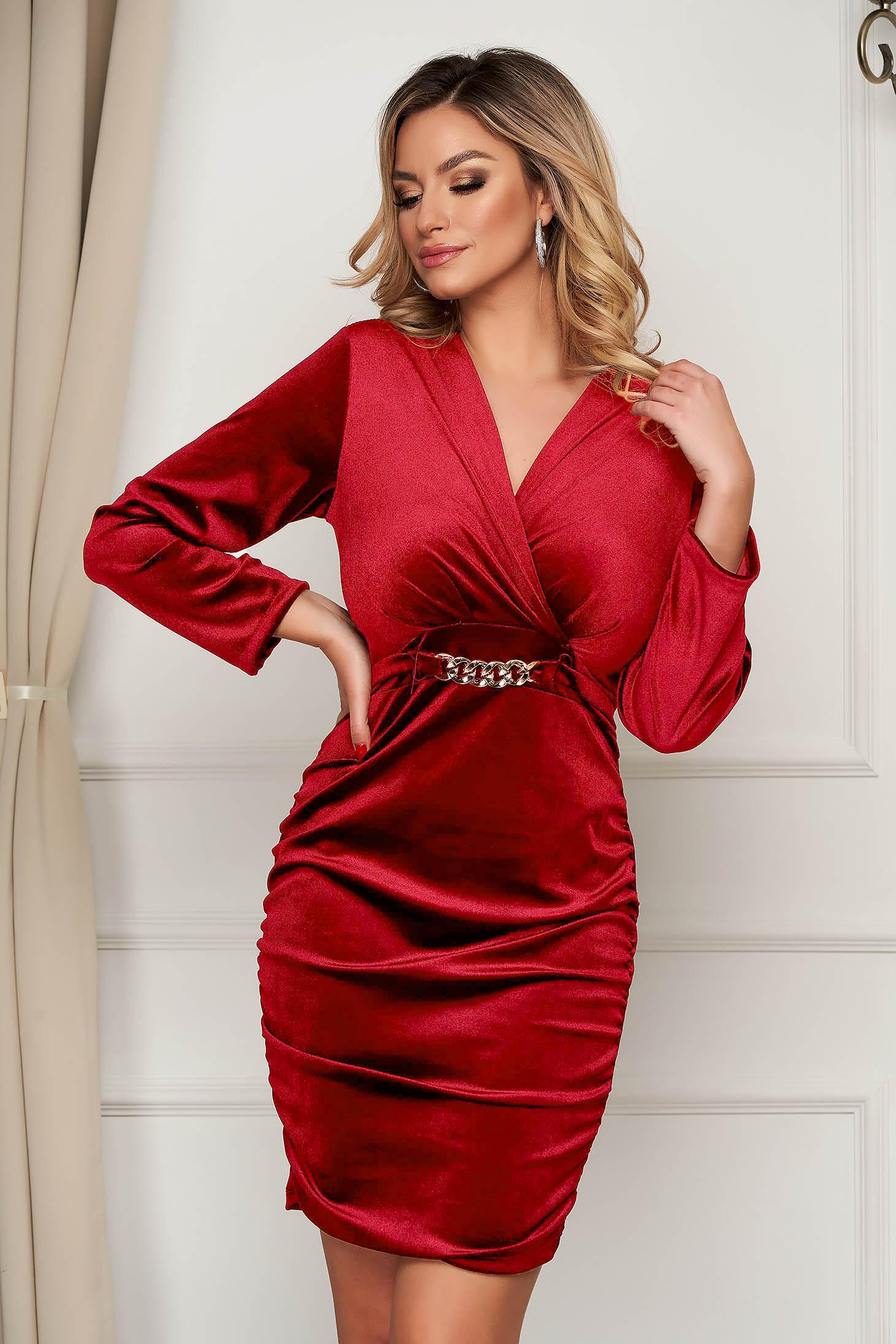 Piros alkalmi ruha bársonyból fém lánccal van ellátva