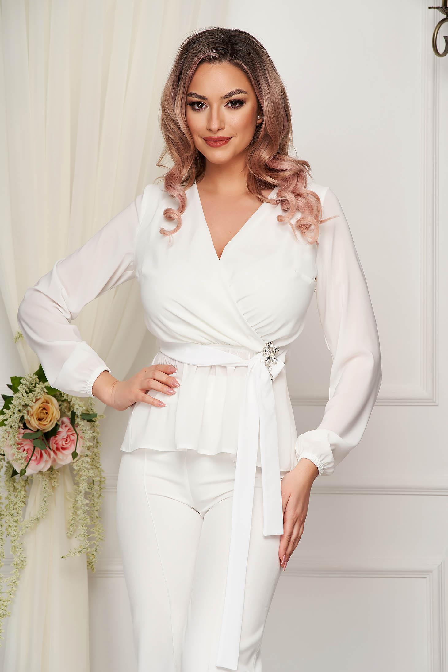 Fehér StarShinerS alkalmi gumírozott derekú női blúz muszlinból bross kiegészítővel
