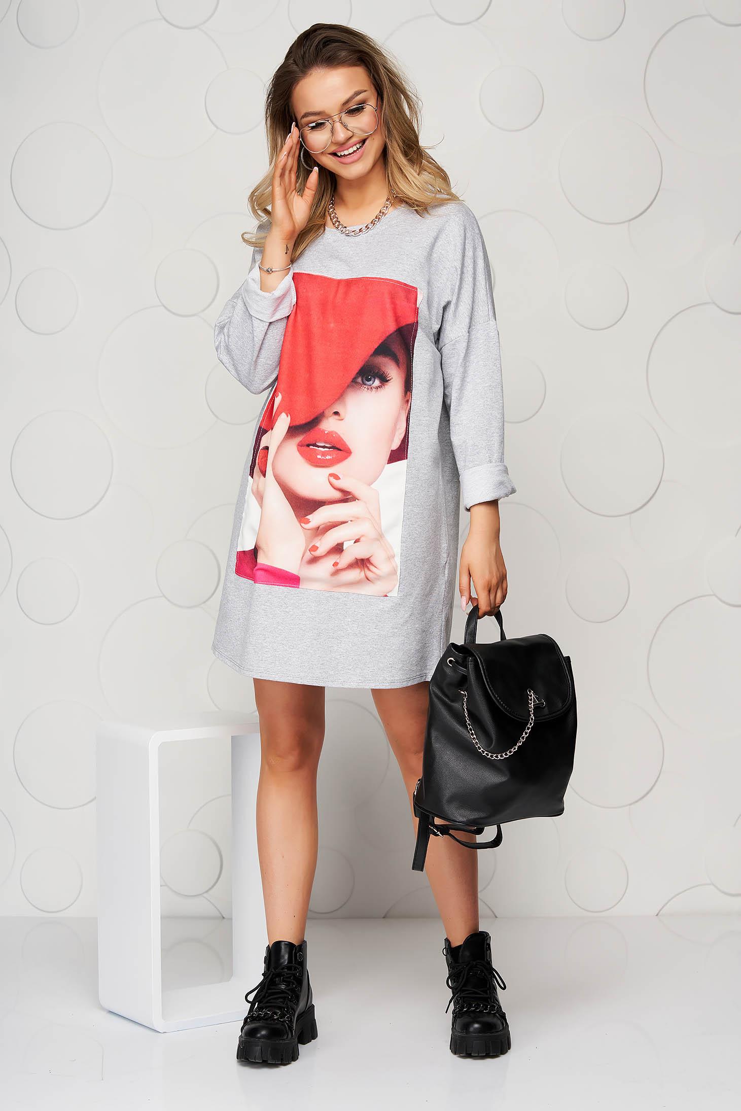 Pamutból készült bő szabású rövid szürke ruha nyomtatott mintával
