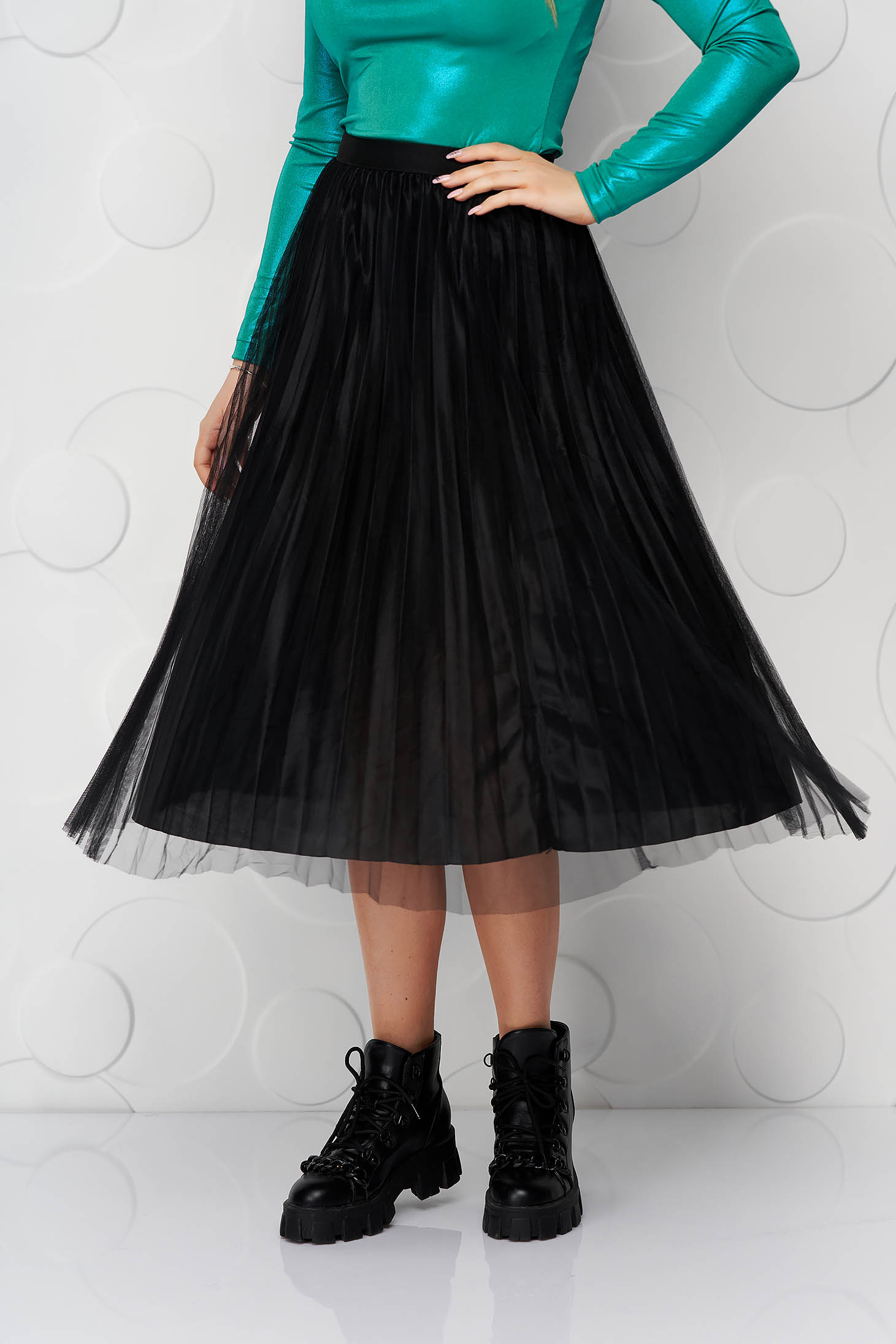 Fekete gumírozott derekú rakott, pliszírozott midi party tüll szoknya szaténból