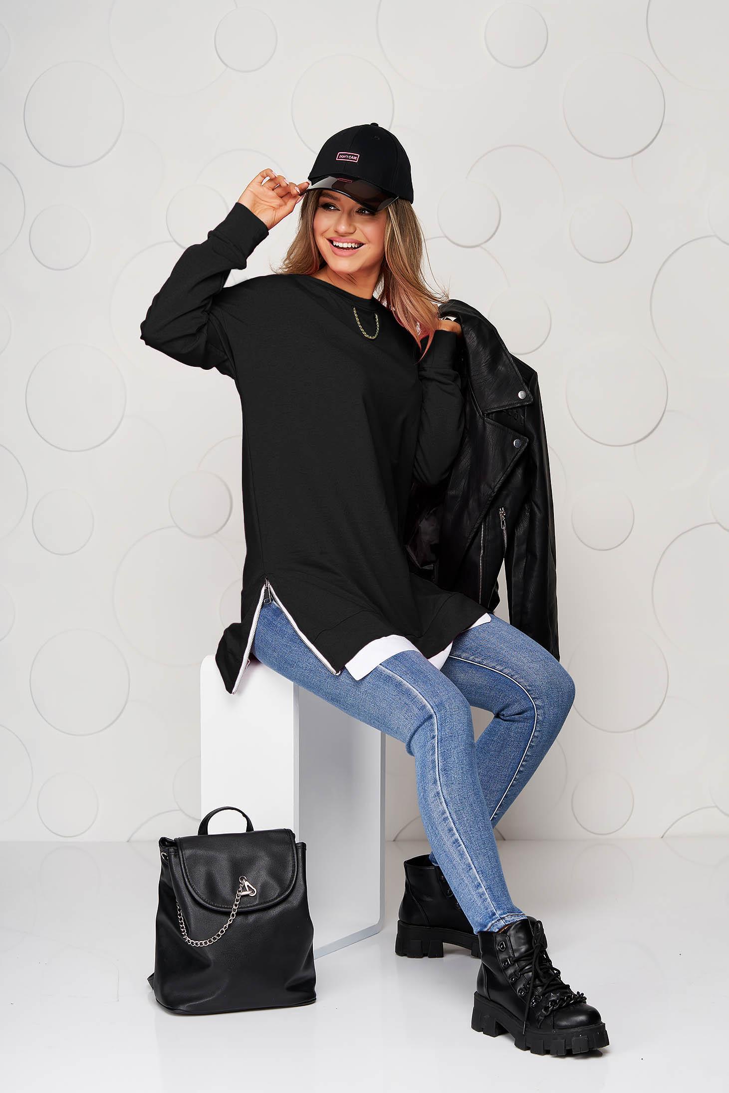 Bluza dama SunShine neagra din material usor elastic cu croi larg accesorizata cu lant metalic