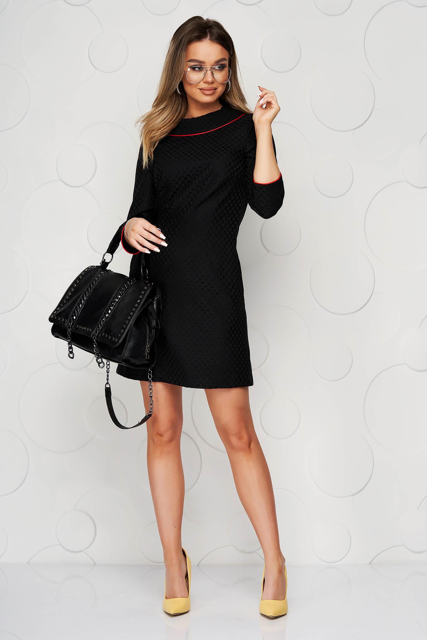 Rochie neagra din material usor elastic cu un croi drept guler dublat si buzunare