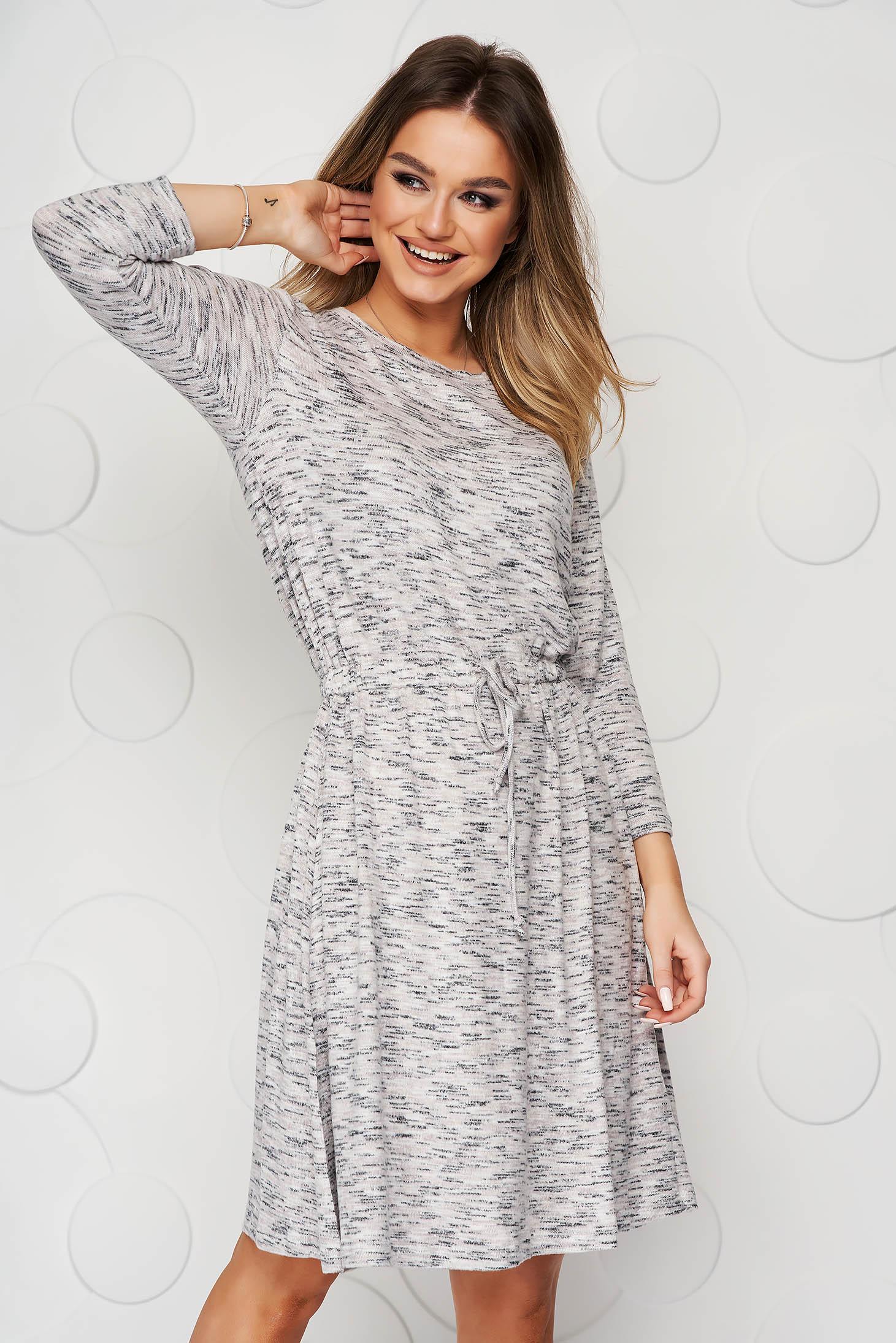 Szürke ruha harang alakú gumirozott derékrésszel rugalmas és finom anyagból készült midi zsinórral