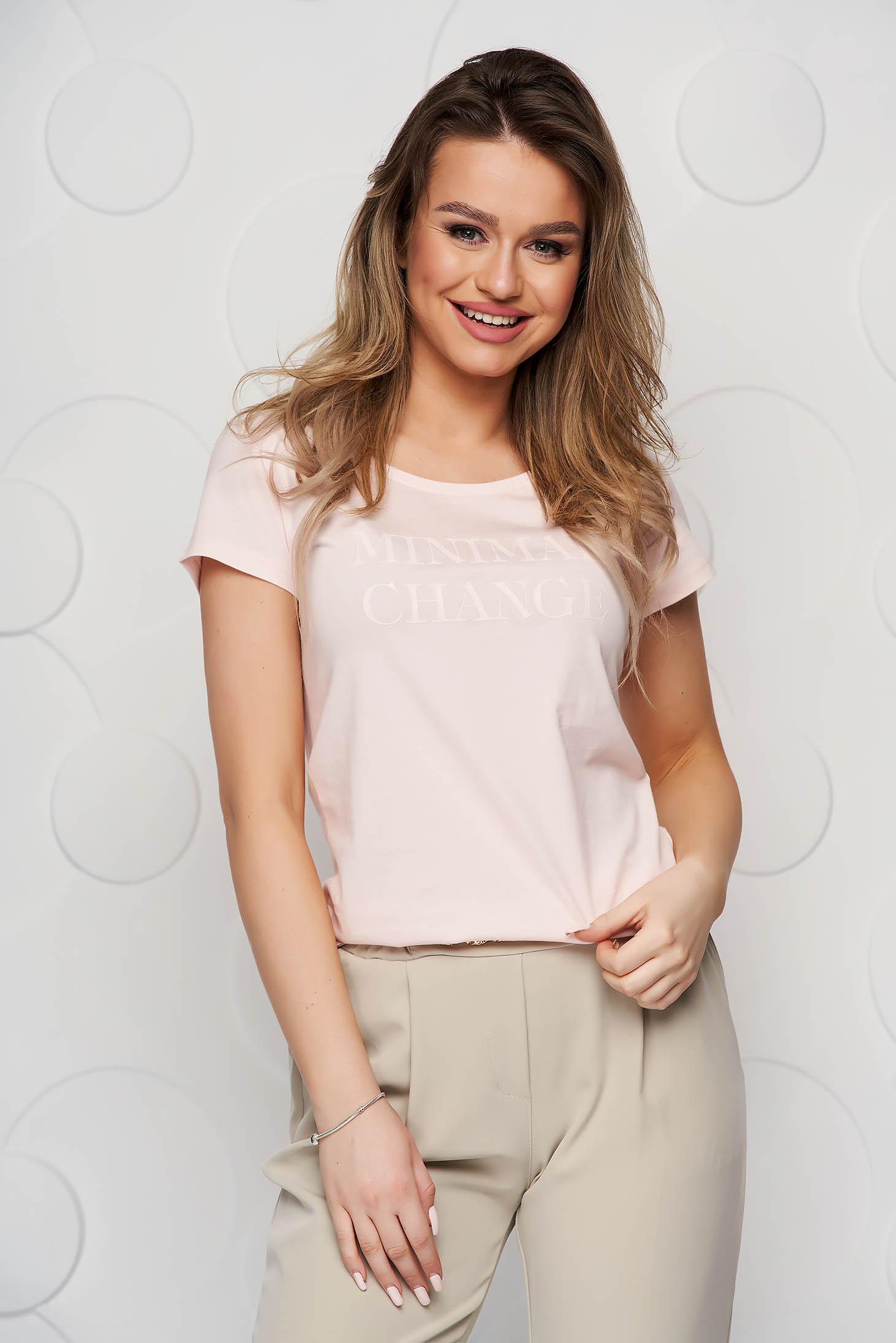 Világos rózsaszínű pamutból készült bő szabású póló grafikai díszítéssel