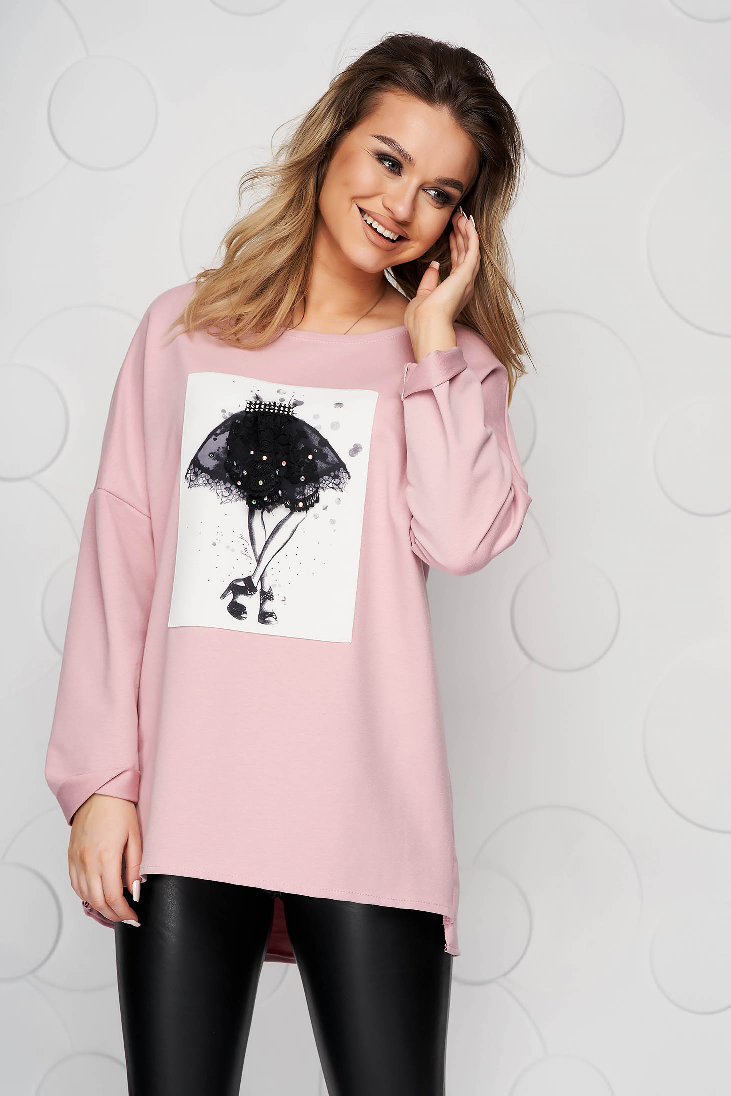 Bluza dama SunShine roz deschis din bumbac elastic slit lateral cu imprimeuri grafice