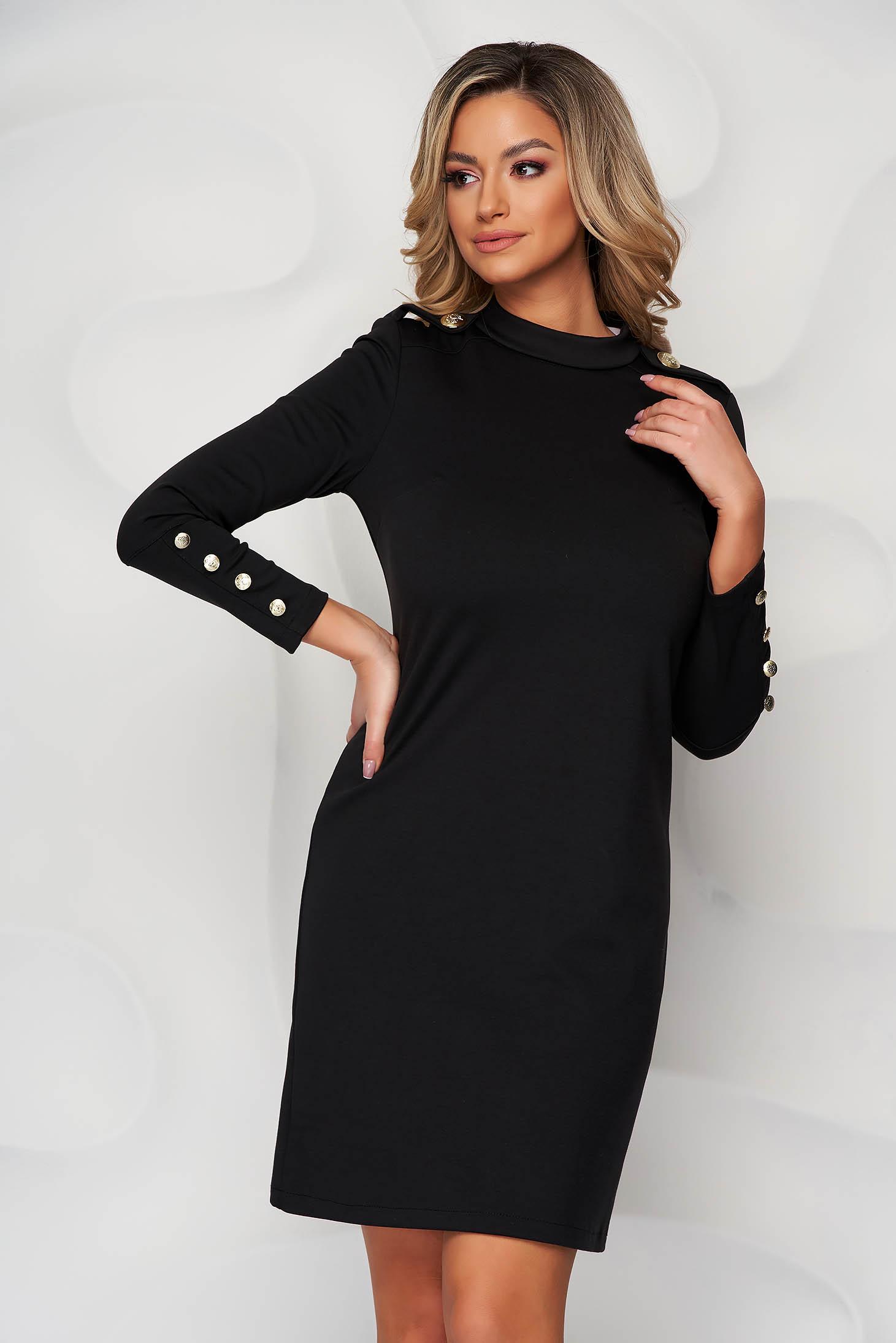 Rochie neagra din material elastic cu un croi drept accesorizata cu nasturi