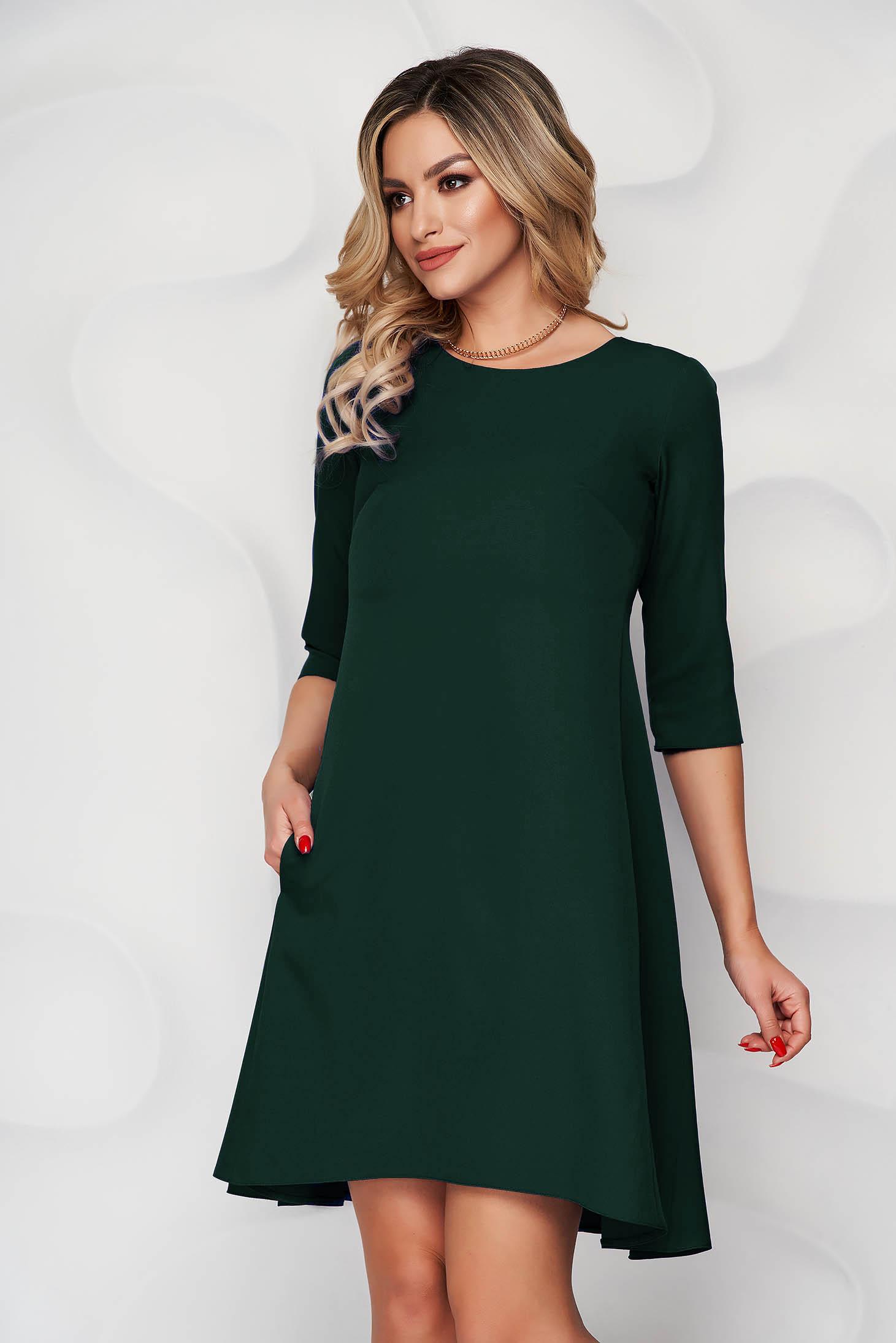 Rochie verde-deschis cu croi in a din stofa usor elastica si decolteu rotunjit