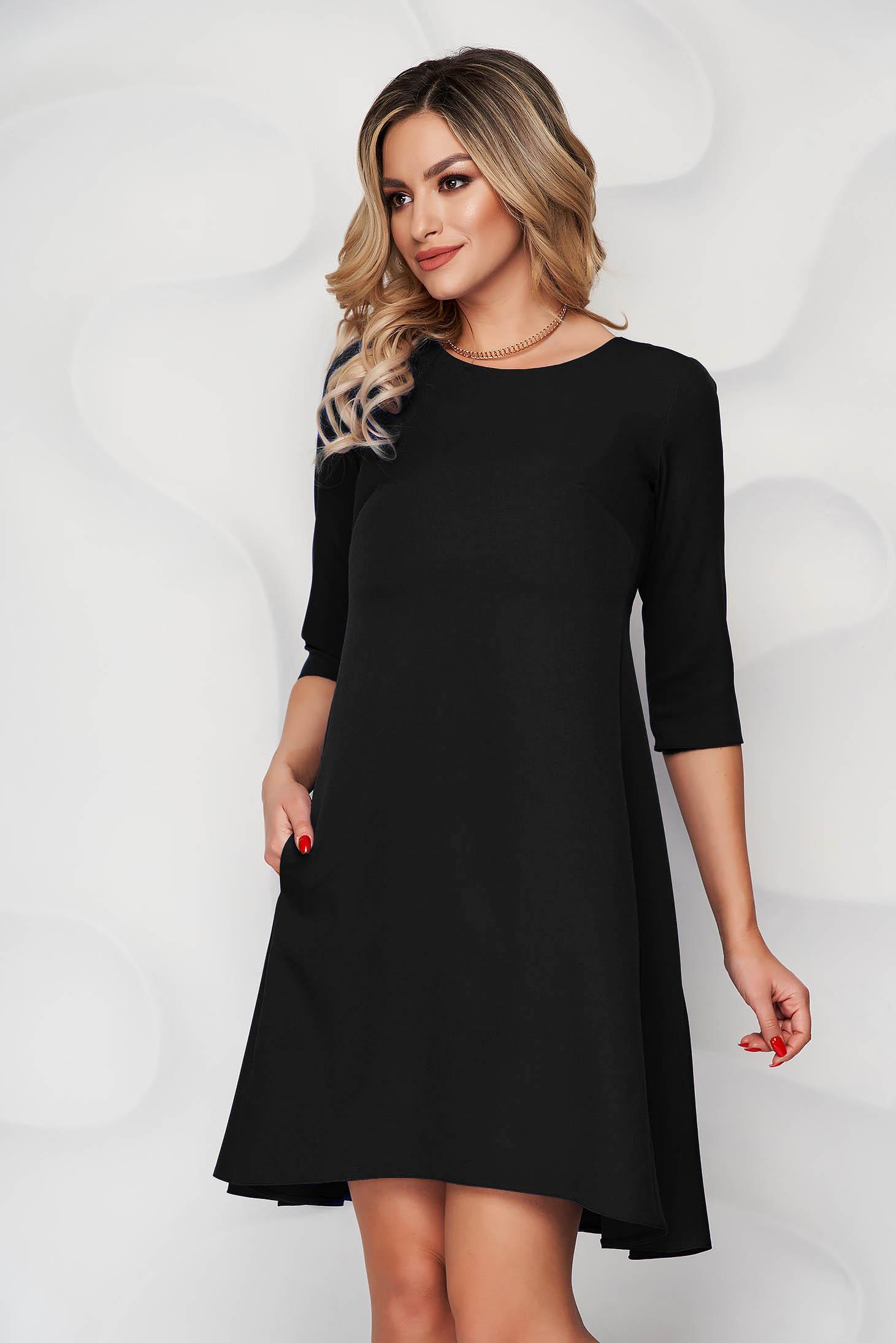 Rochie neagra cu croi in a din stofa usor elastica si decolteu rotunjit