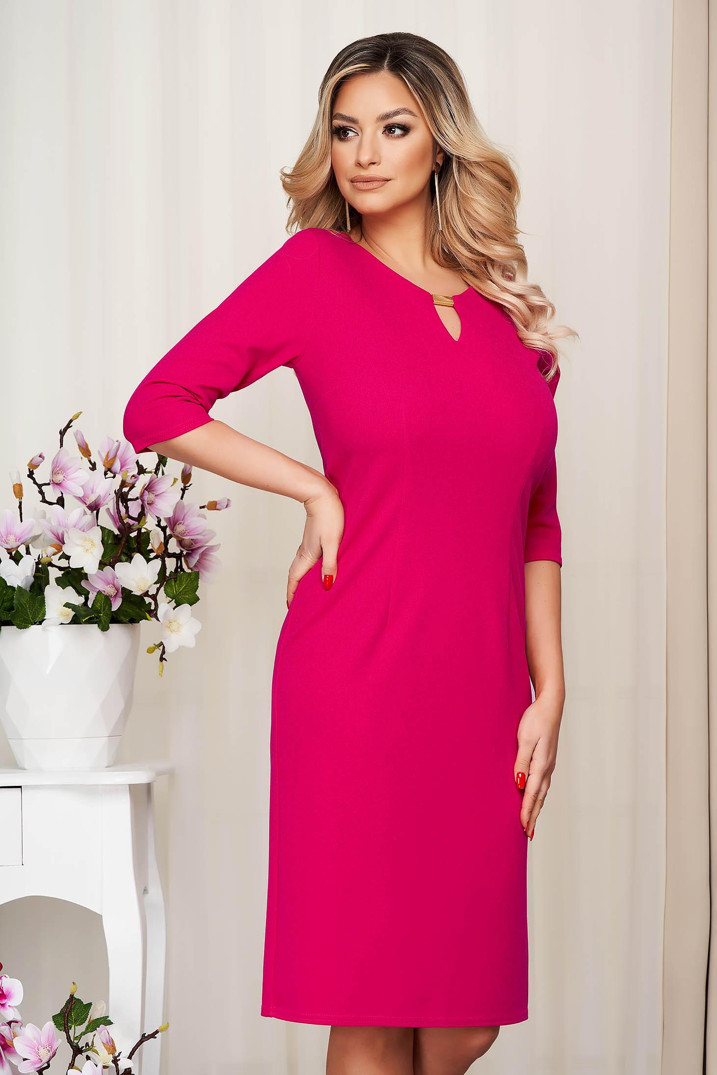 Rochie StarShinerS roz office scurta cu un croi drept cu accesoriu metalic