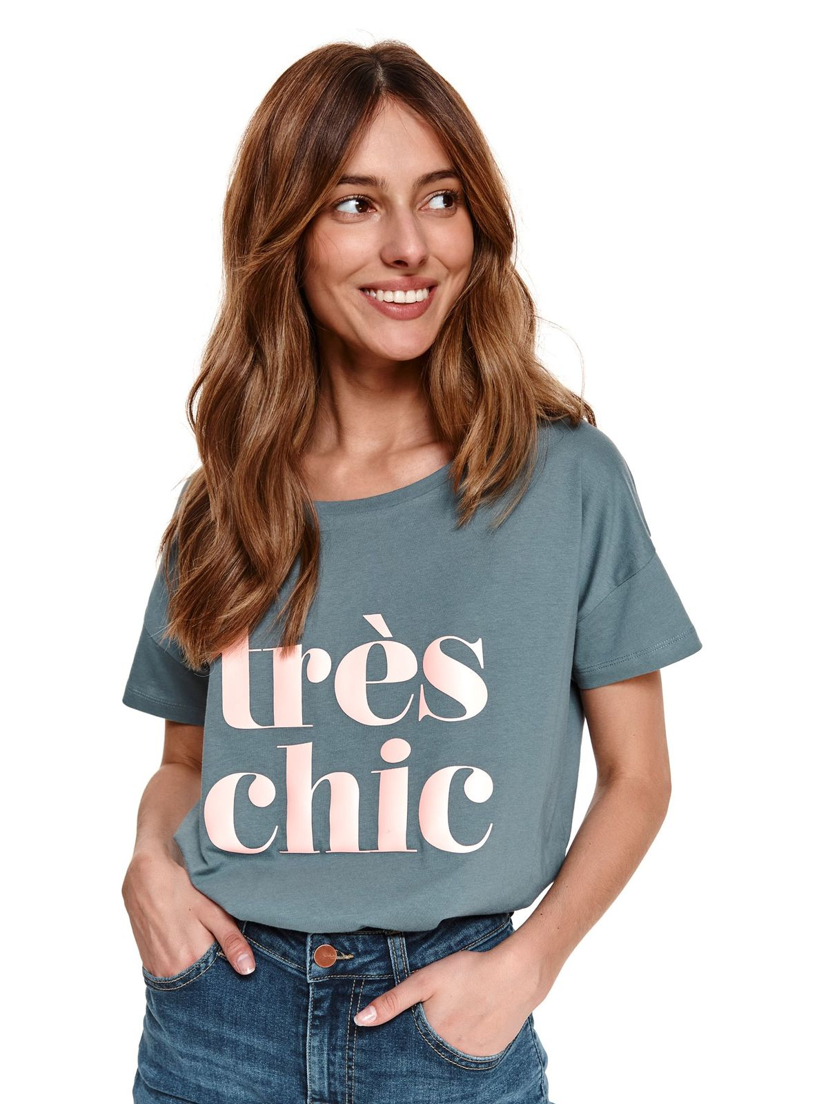 Green t-shirt loose fit with rounded cleavage with graphic details