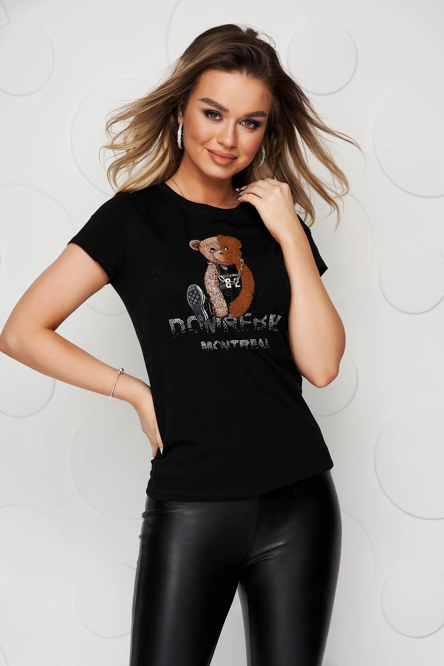 Pamutból készült szűk szabású fekete póló rövid ujjakkal grafikai díszítéssel