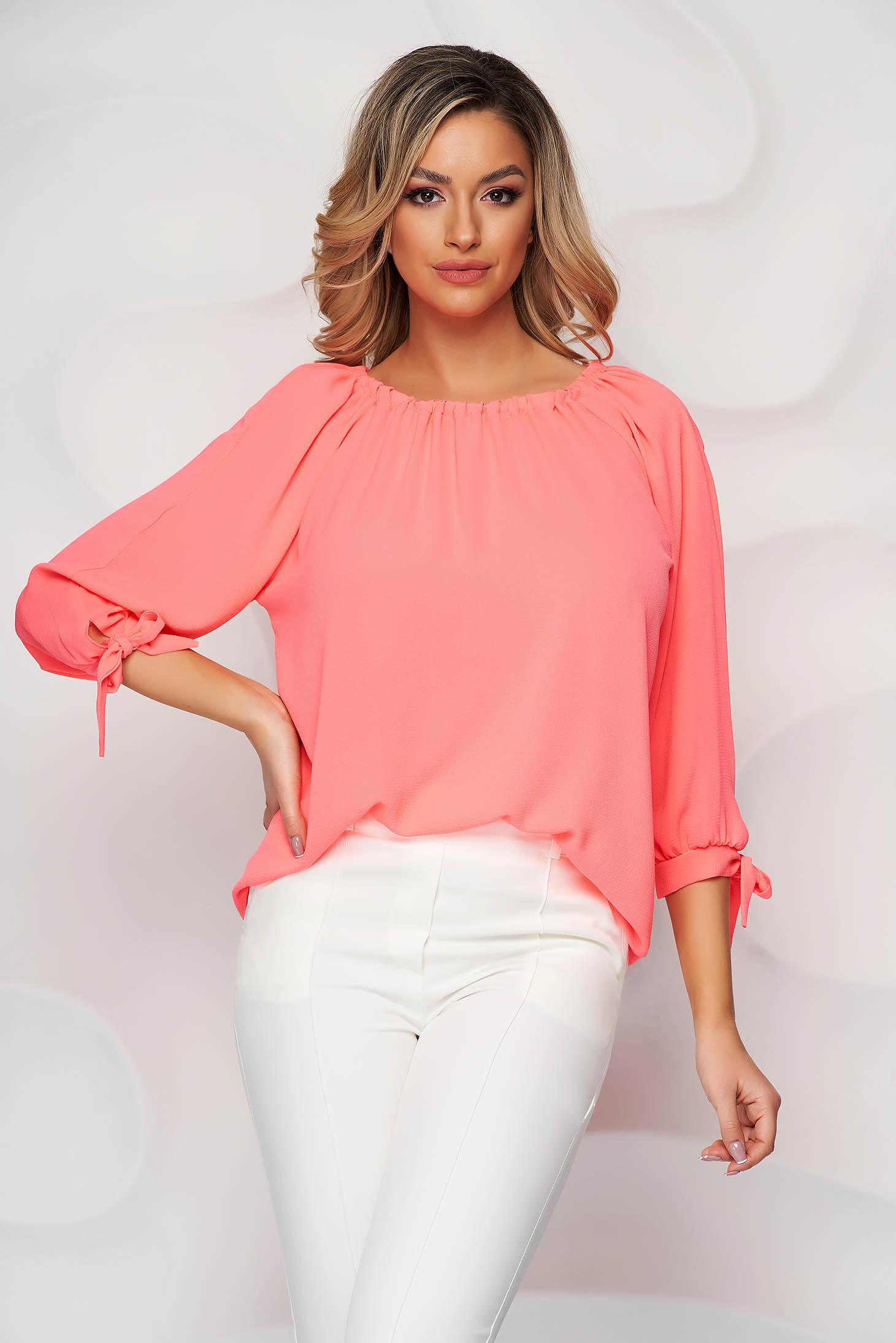 Bluza dama Lady Pandora roz pe umeri din material subtire cu croi larg accesorizata cu fundite
