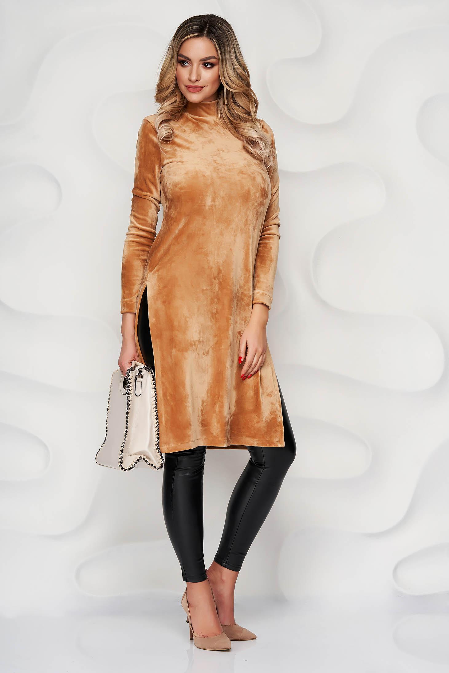 Krémszínű szűk szabású oldalt felsliccelt StarShinerS női blúz bársonyból rugalmas anyagból